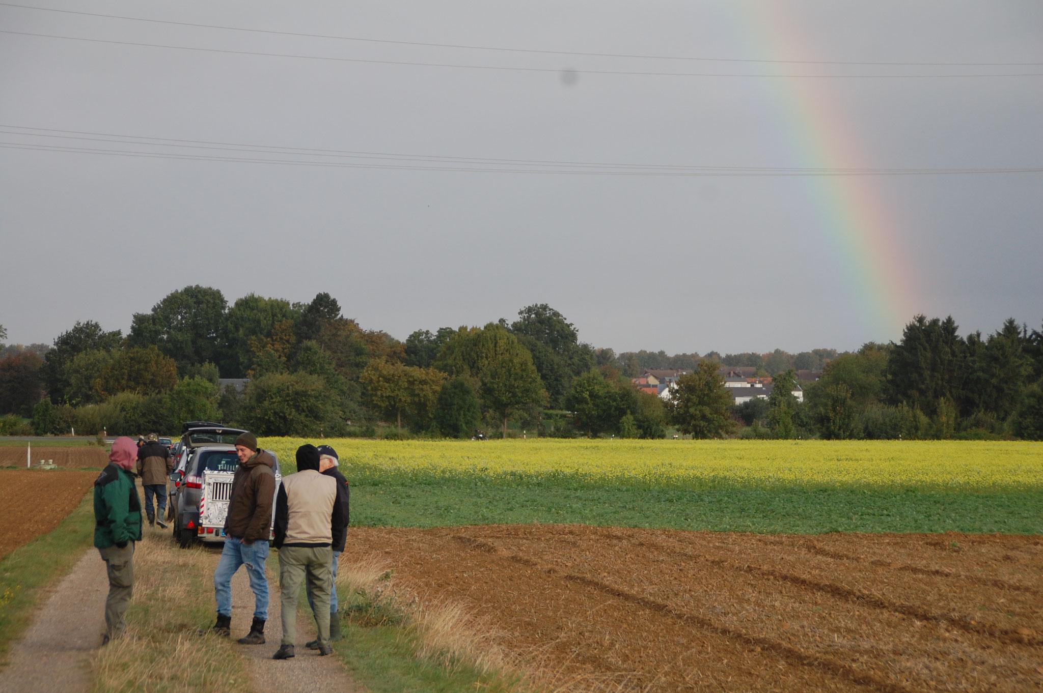 Die Hundeführer bewundern den Regenbogen
