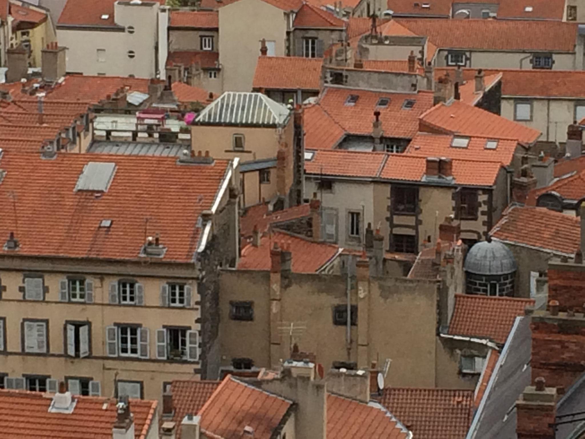 Les toits de Clermont-Ferrand, vus depuis la tour de la Bayette de la cathédrale, à 15 minutes des chambres d'hôtes de la Villa Victoria Auvergne.