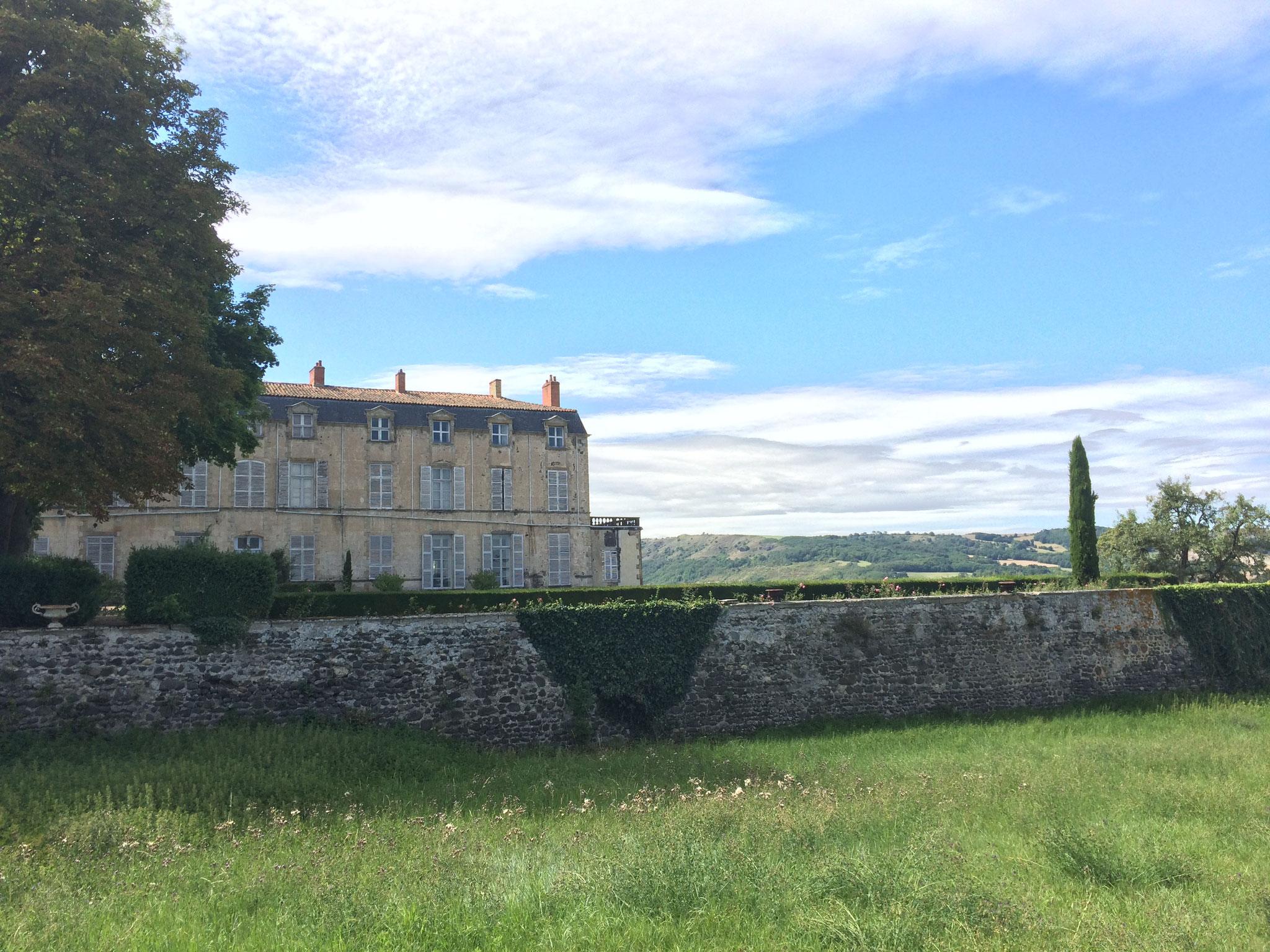 Le château de Hauterive, à 25 minutes de La Villa Victoria Auvergne.