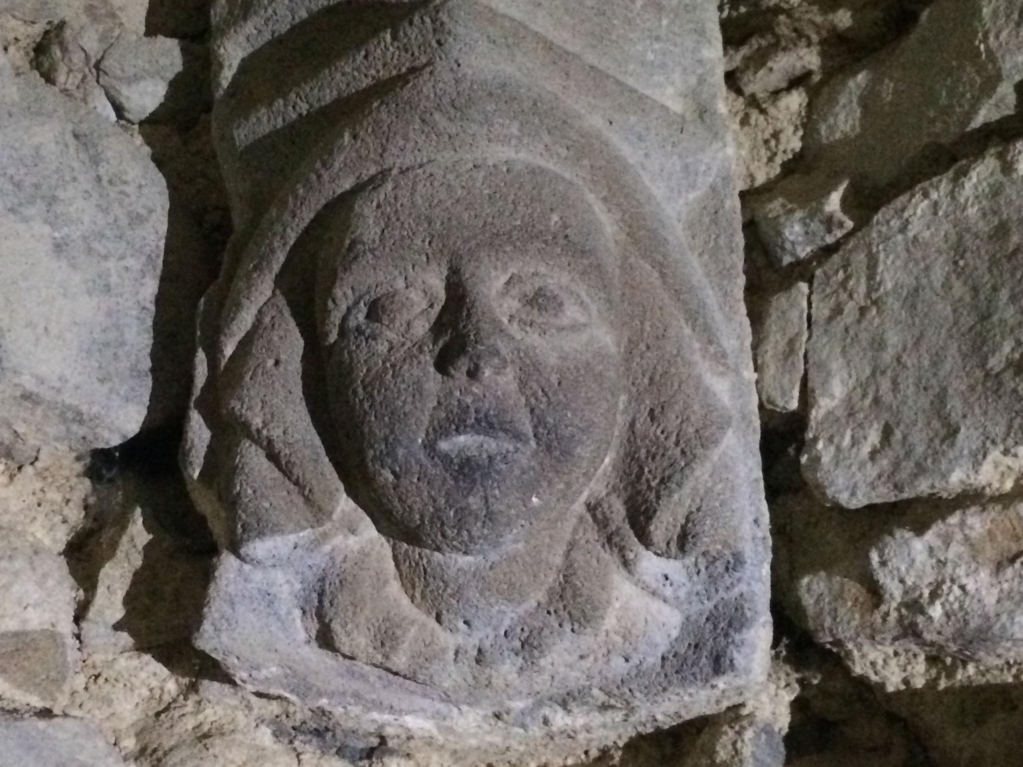 Chapiteau représentant la seigneure de Chazeron dans la salle du donjon.