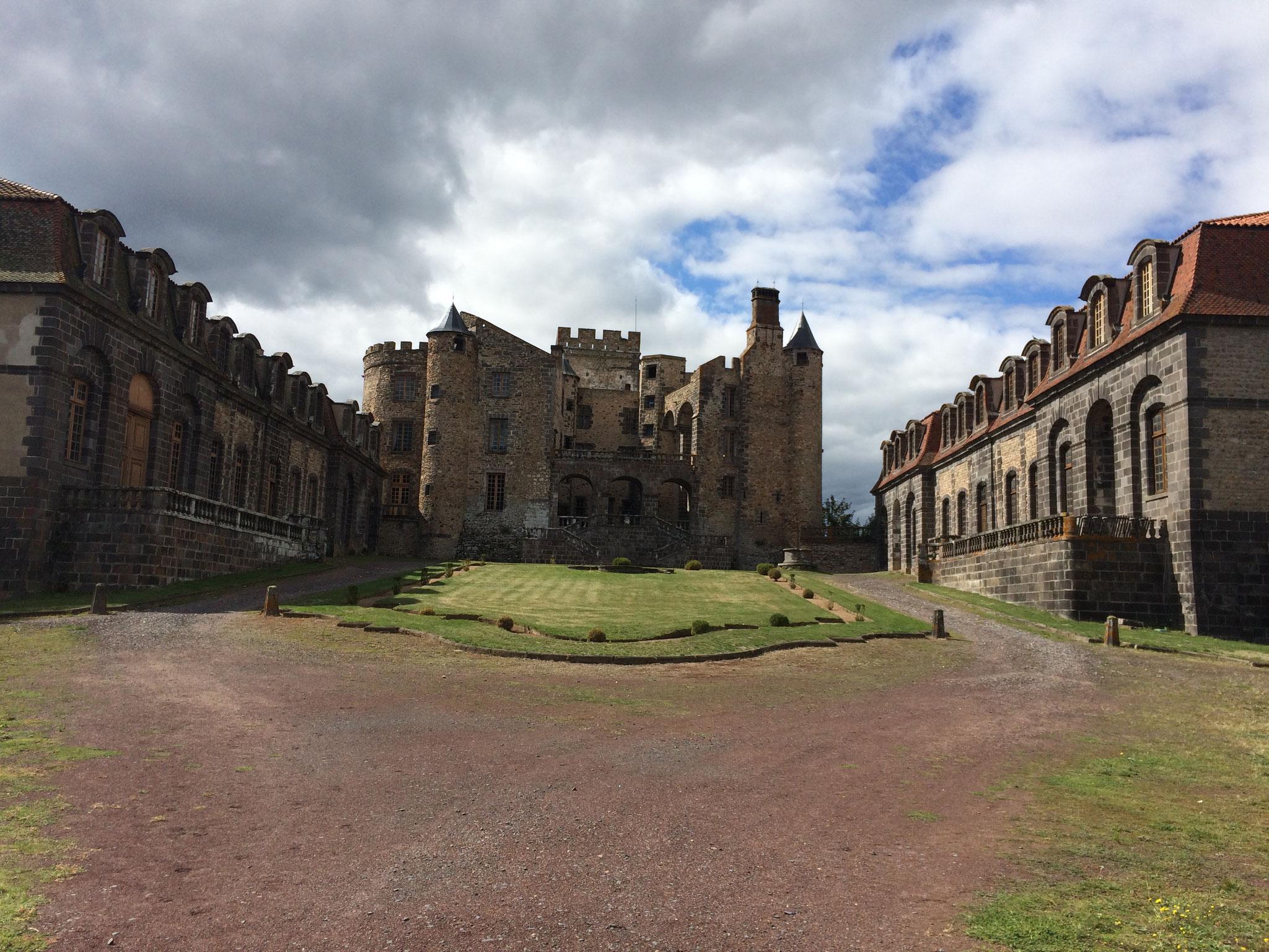 Le château de Chazeron tel qu'il nous apparait à l'arrivée.