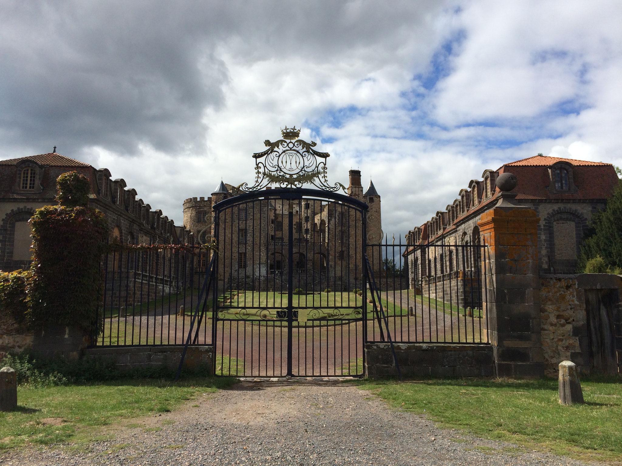 L'entrée du château de chazeron.