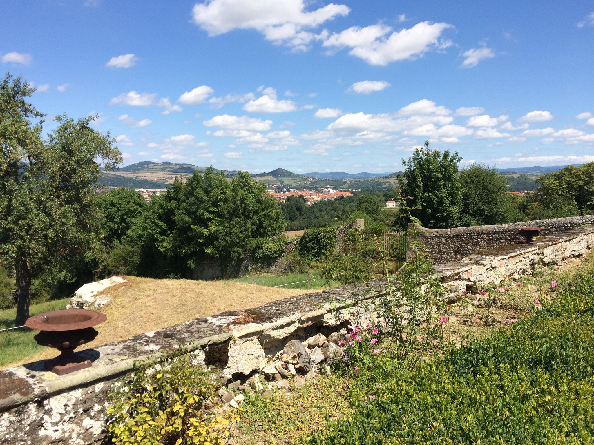 La vue sur Issoire depuis les jardins du château de Hauterive.