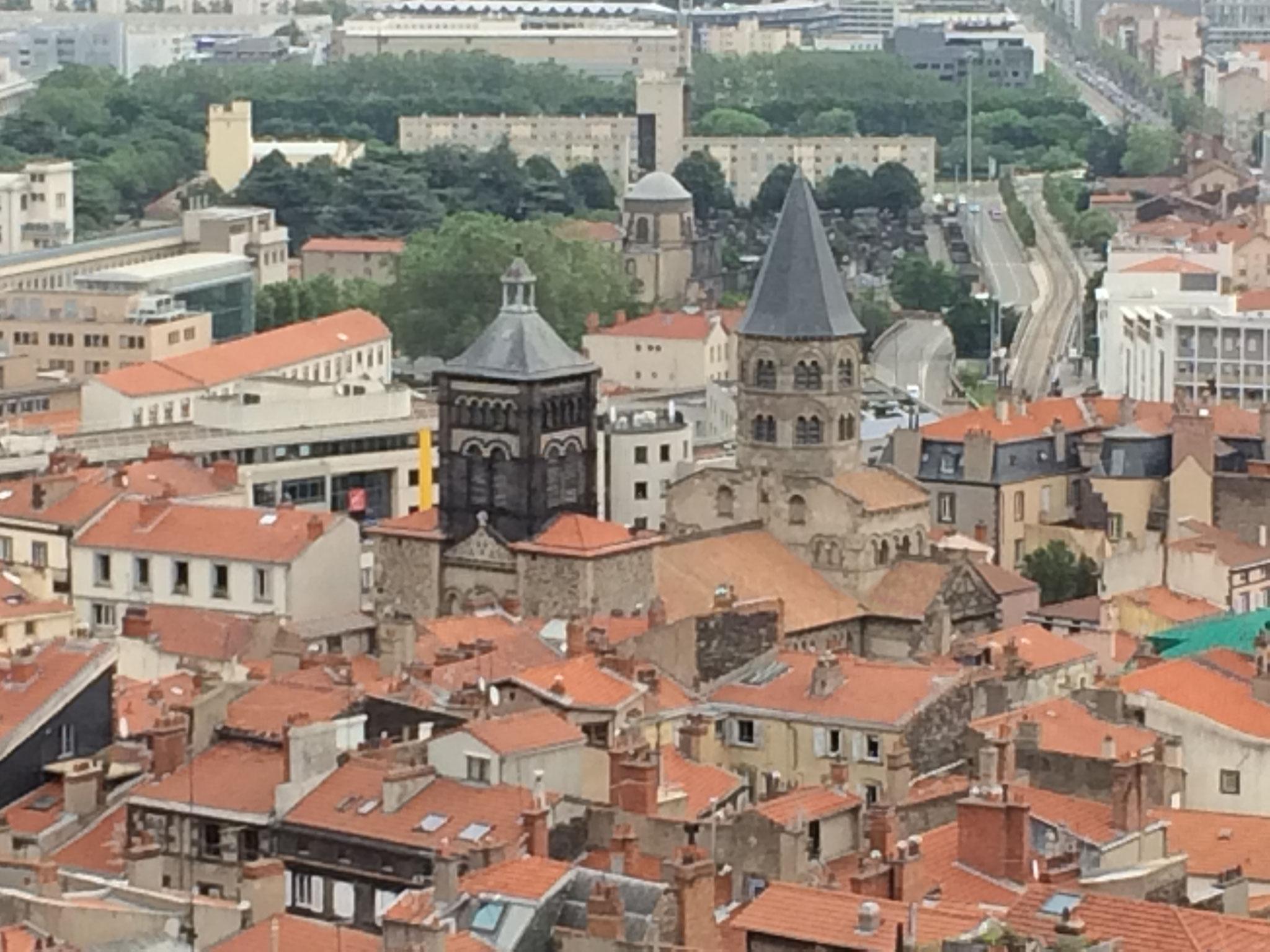 Notre Dame du Port, vue depuis la tour de la Bayette de la cathédrale de Clermont-Ferrand, à 15 minutes des chambres d'hôtes de la Villa Victoria Auvergne.