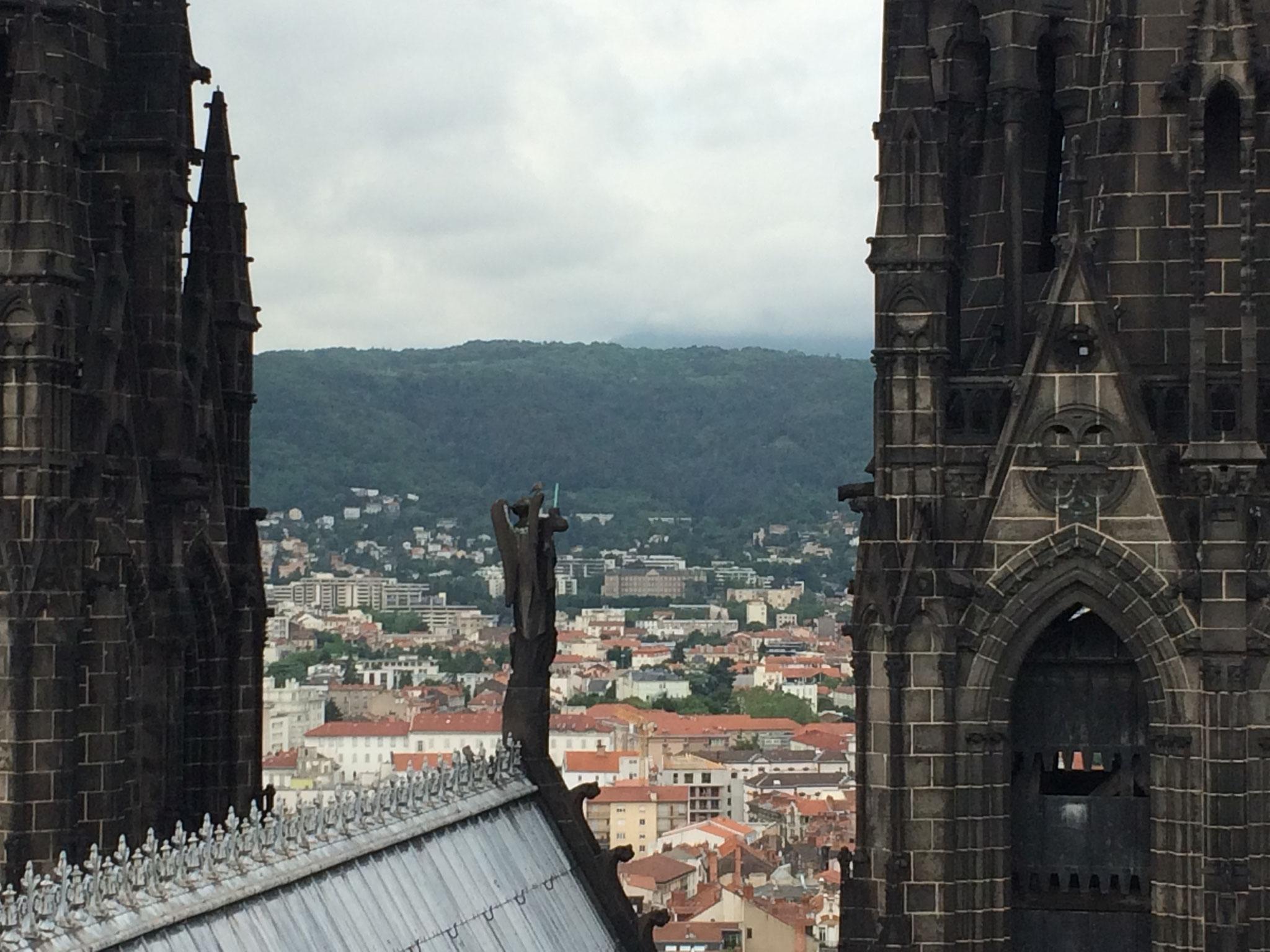 En haut de la tour de la Bayette de la cathédrale de Clermont-Ferrand, à 15 minutes des chambres d'hôtes de la Villa Victoria Auvergne. Le Puy-de-Dôme est caché !