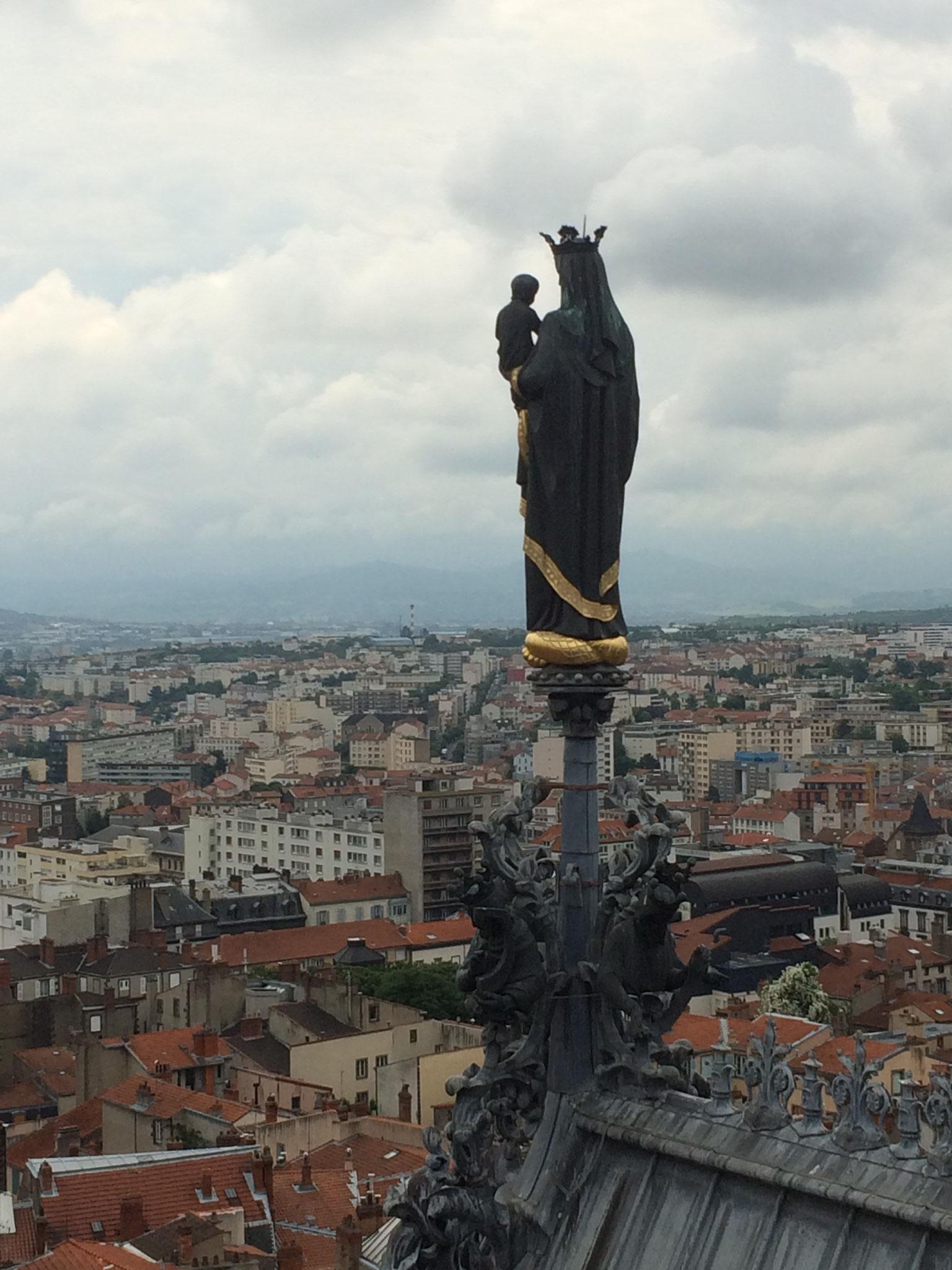 En haut de la tour de la Bayette de la cathédrale de Clermont-Ferrand, à 15 minutes des chambres d'hôtes de la Villa Victoria Auvergne.