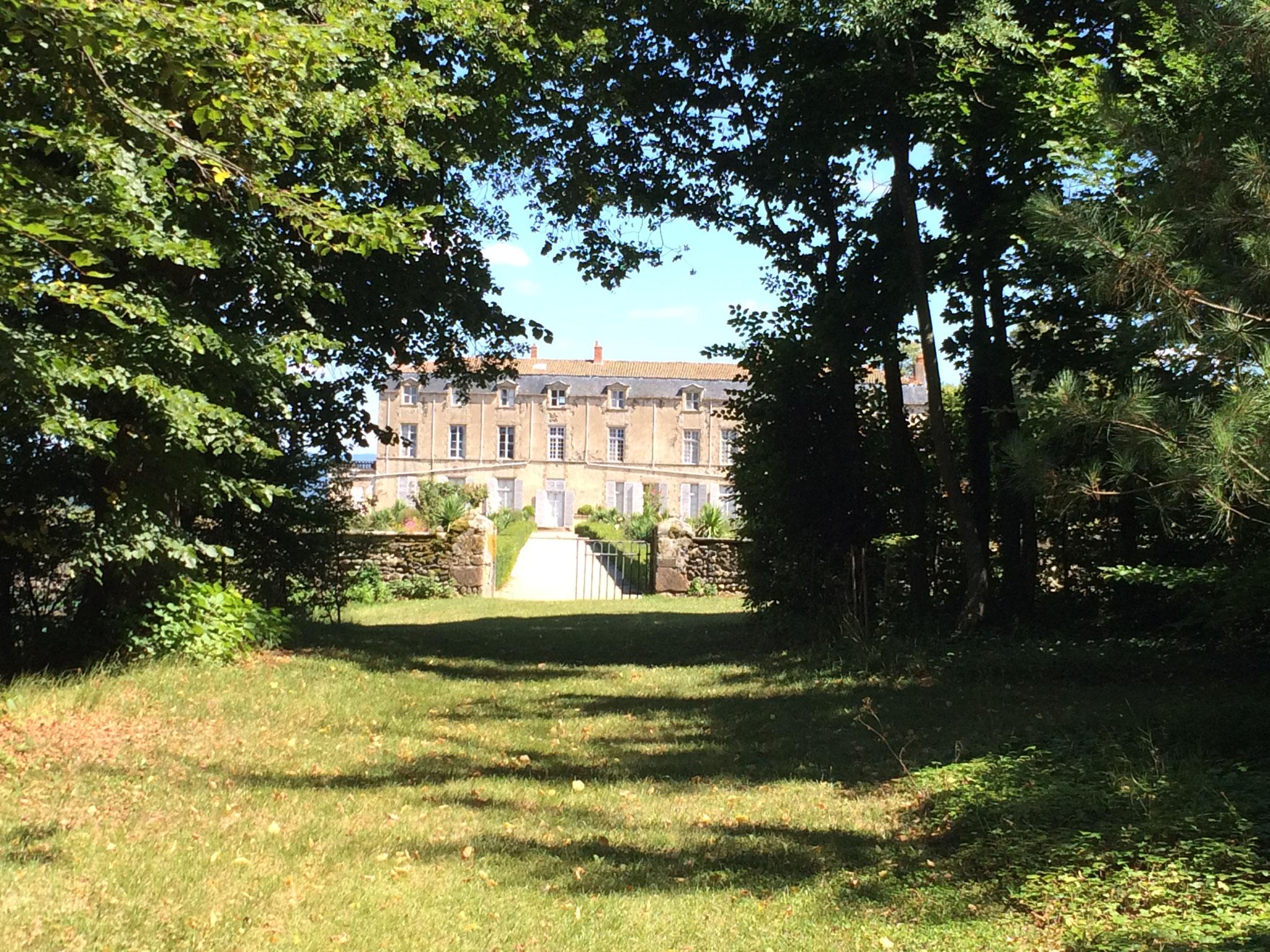 Les jardins du château de Hauterive, à 25 minutes de La Villa Victoria Auvergne.