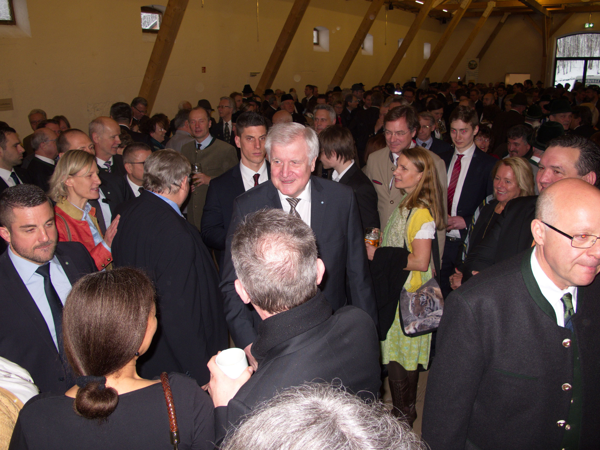 Ministerpräsident Horst Seehofer wird begrüßt ...