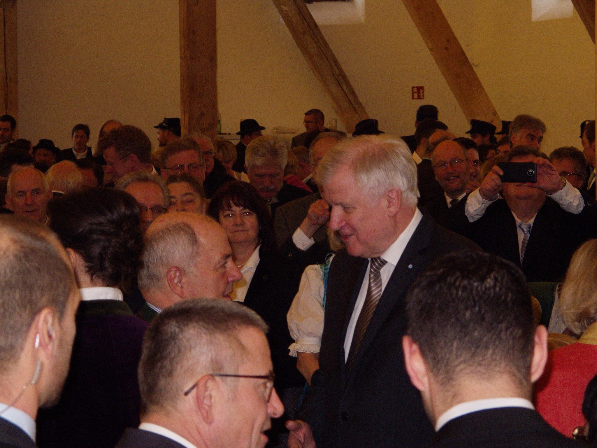 Wolfgang Gröbl, ehemals Landrat und Staatssekretär, wird von Horst Seehofer herzlich begrüßt