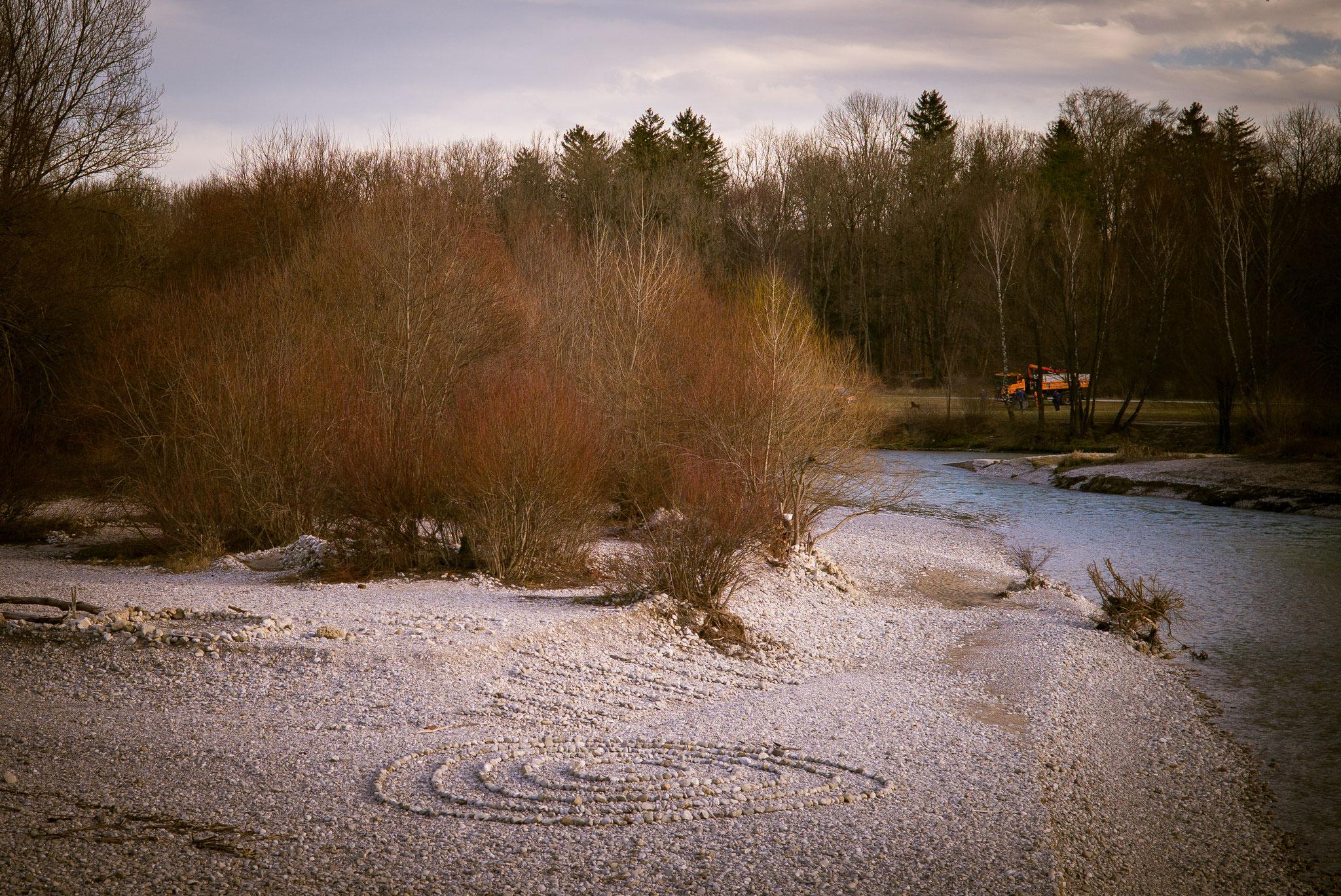Kiesbank beim Flaucher in Thalkirchen im Winter mit Steinkreis.