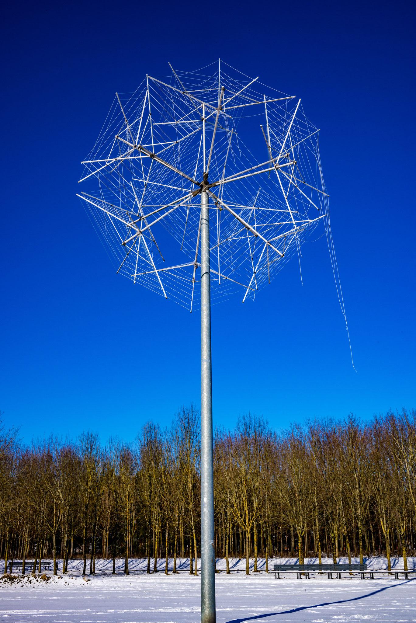Skulptur im Riemer Park an einem sonnigen Wintertag.