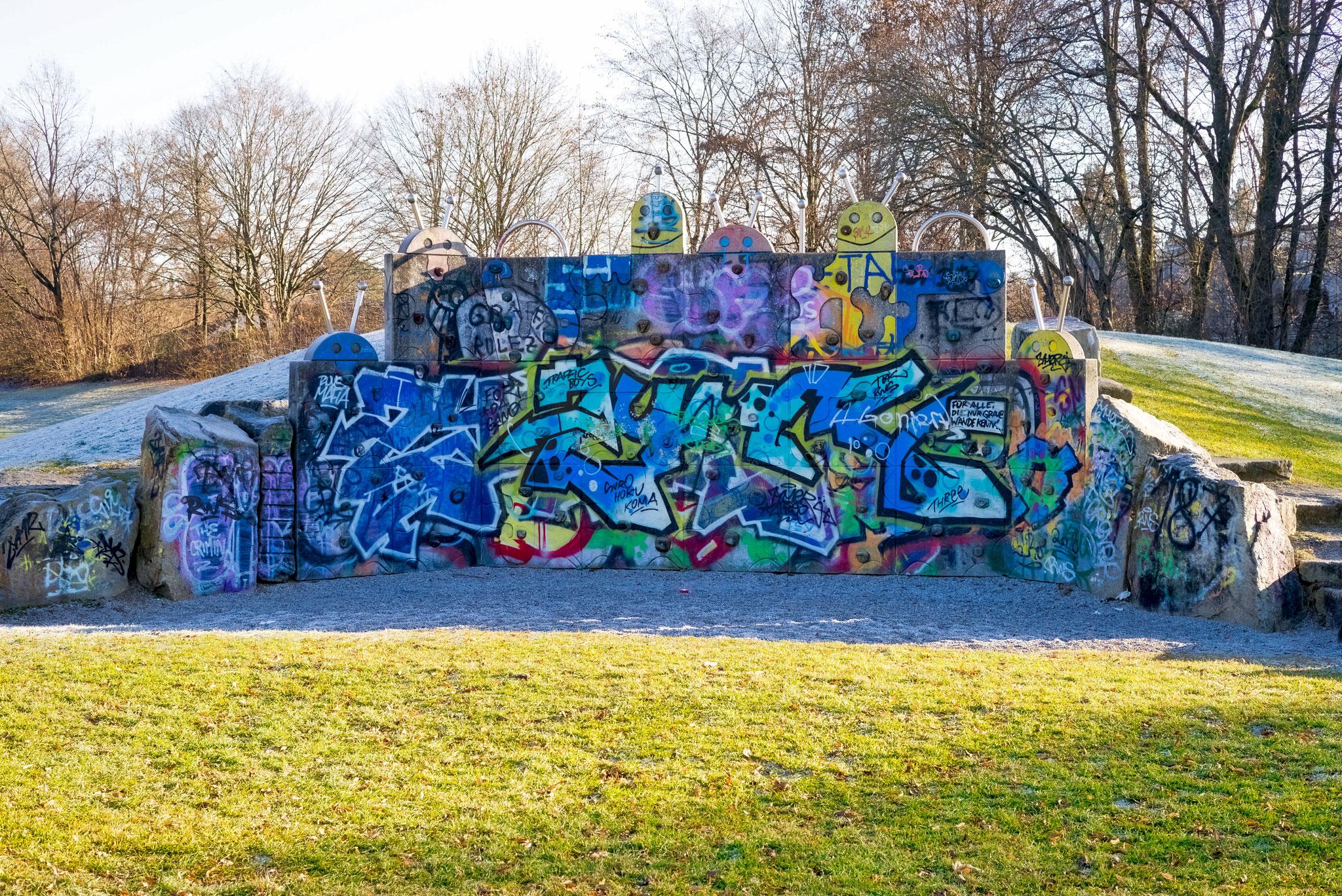 Kletterwand am Spielplatz in Trudering mit Grafitti.