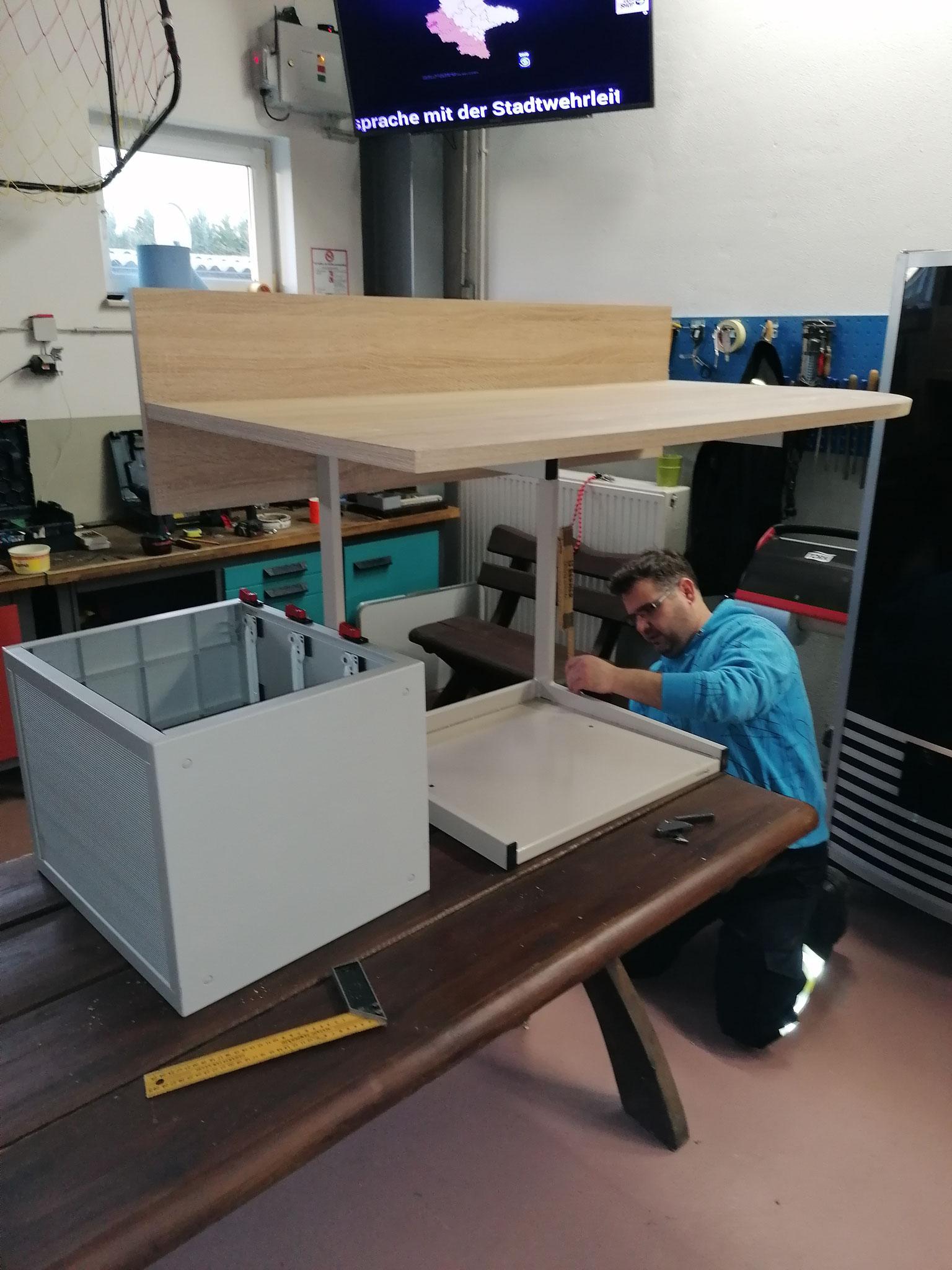 Einbau eines Schreibtisches in das MZF, zur Nutzung als ELW (Winter 2021)