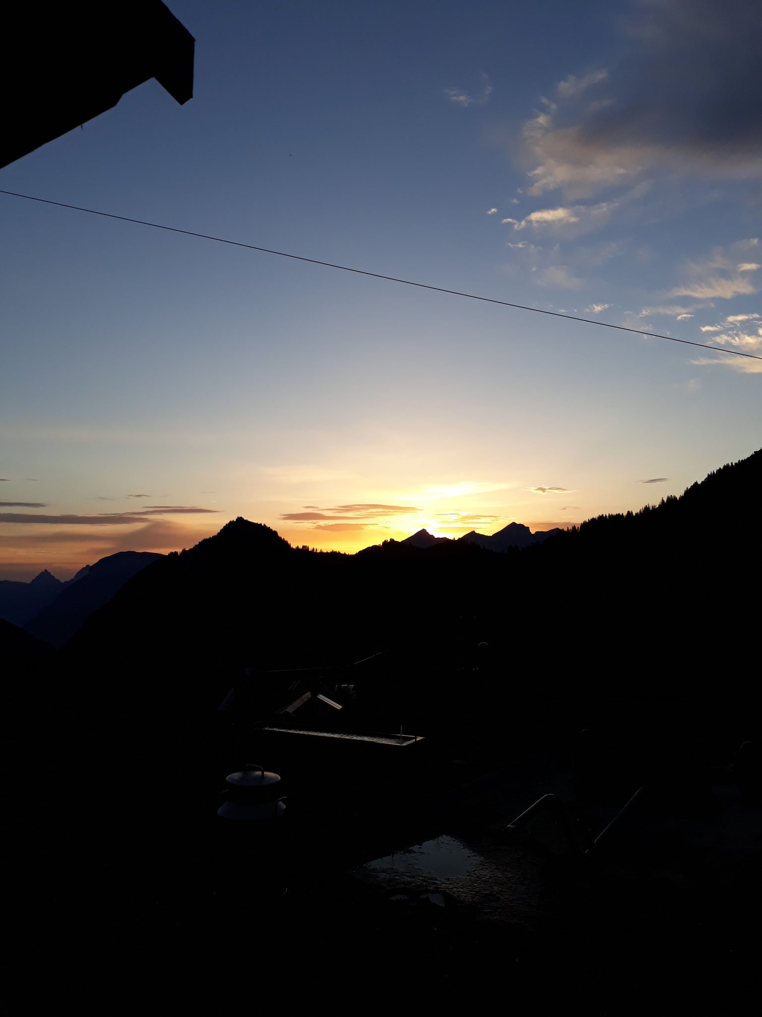 Sonnenaufgang hinter dem Rophaien, links davon Schartihöreli, Fronalpstock und Mythen.