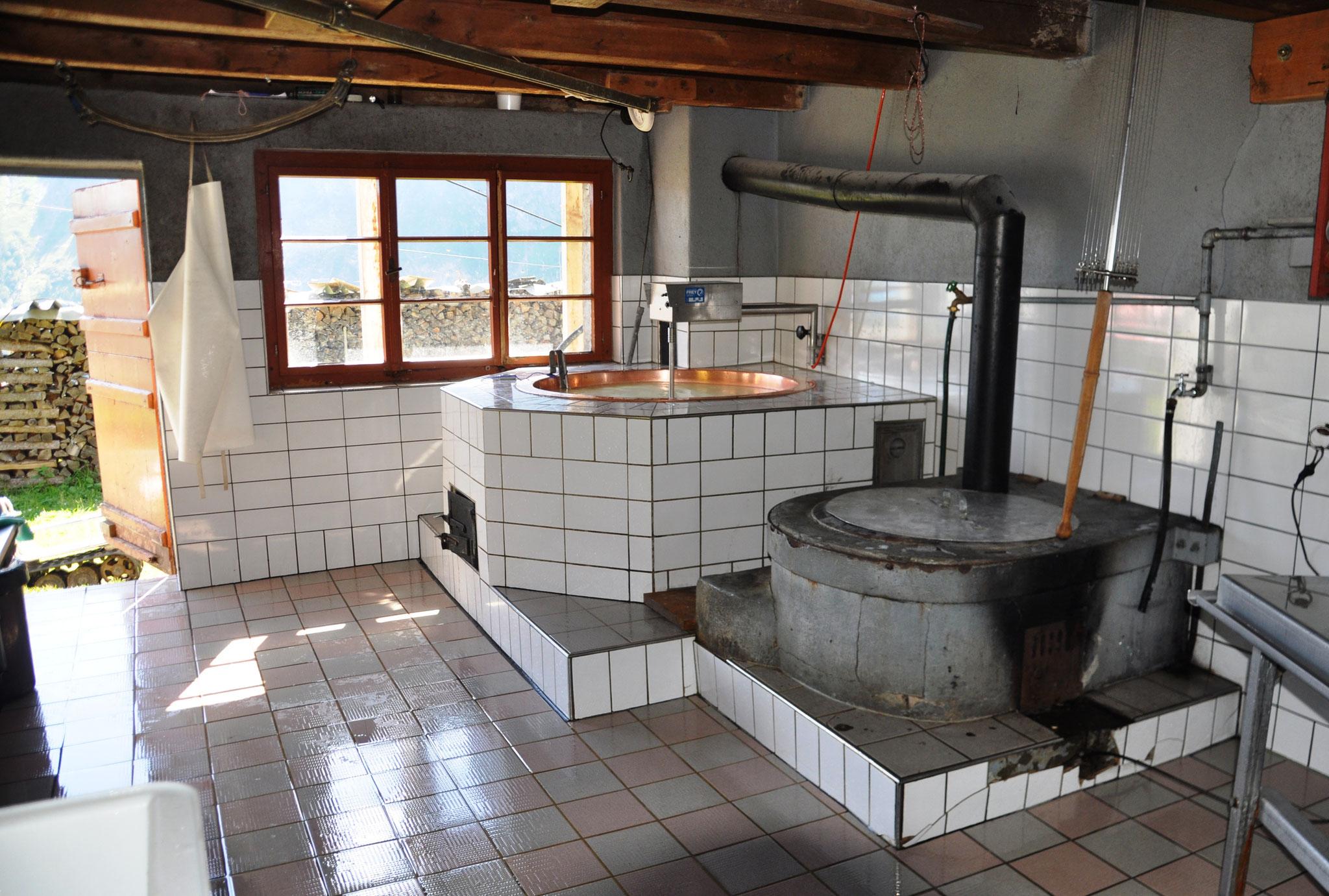 Hier wird unser Musenalpkäse hergestellt. Links das Käse-, rechts das Heisswasserkessi.