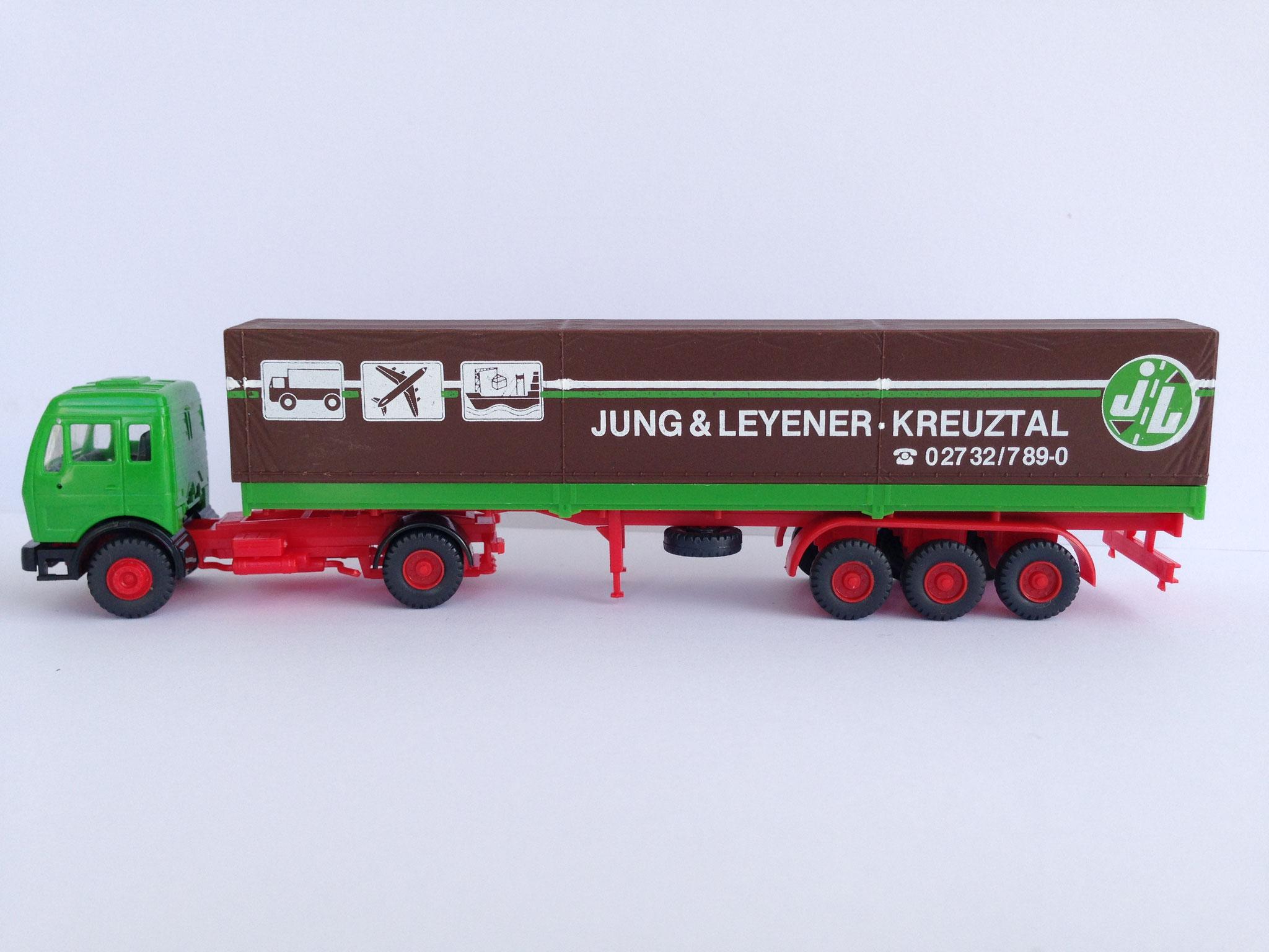 Jung & Leyener Sattelzug mit 3-Achs-Auflieger, Pritsche/Plane