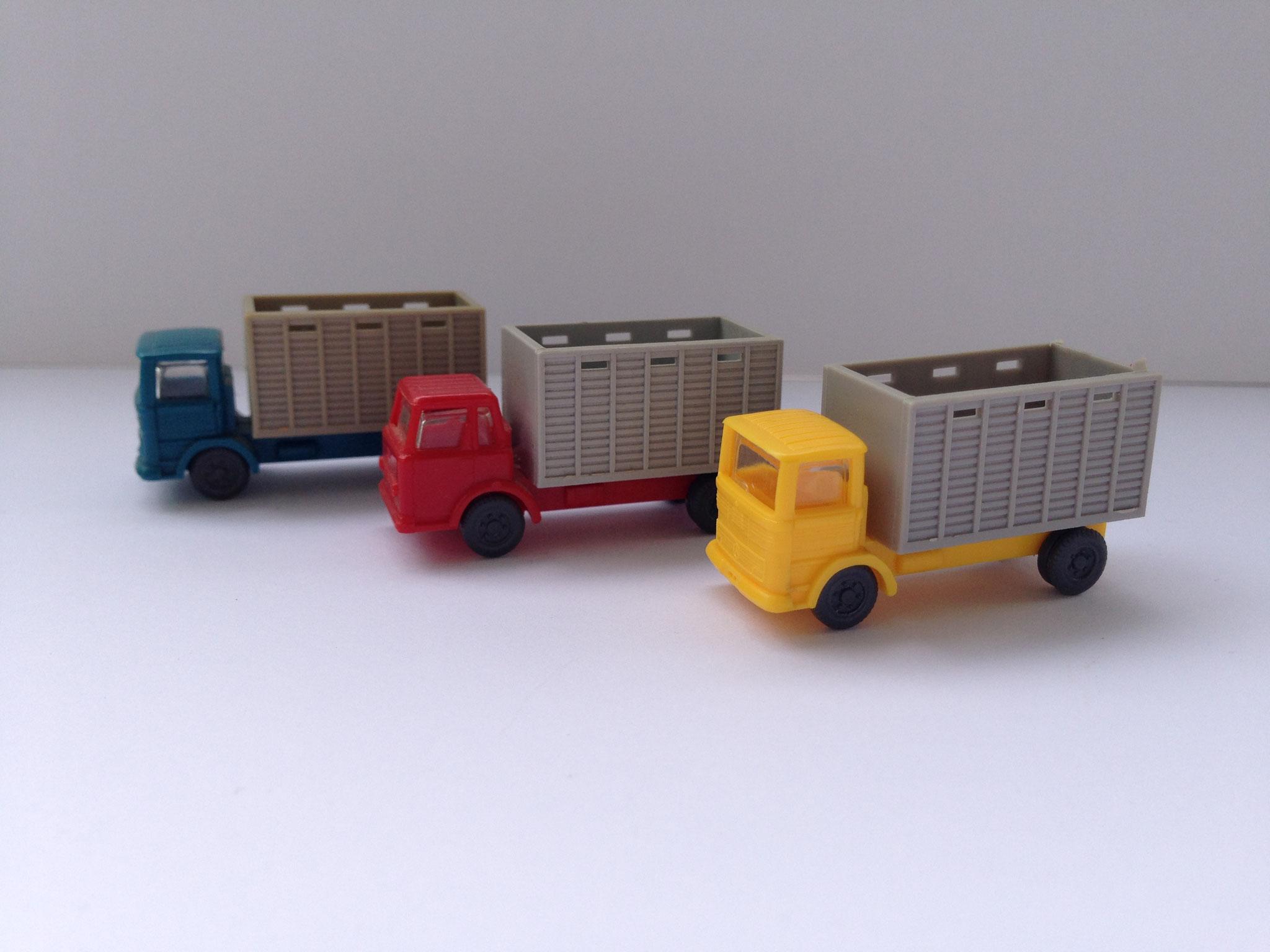 MB und IHC je als Viehtransporter, Art. Nr. 915 (ab 1969 im Programm)