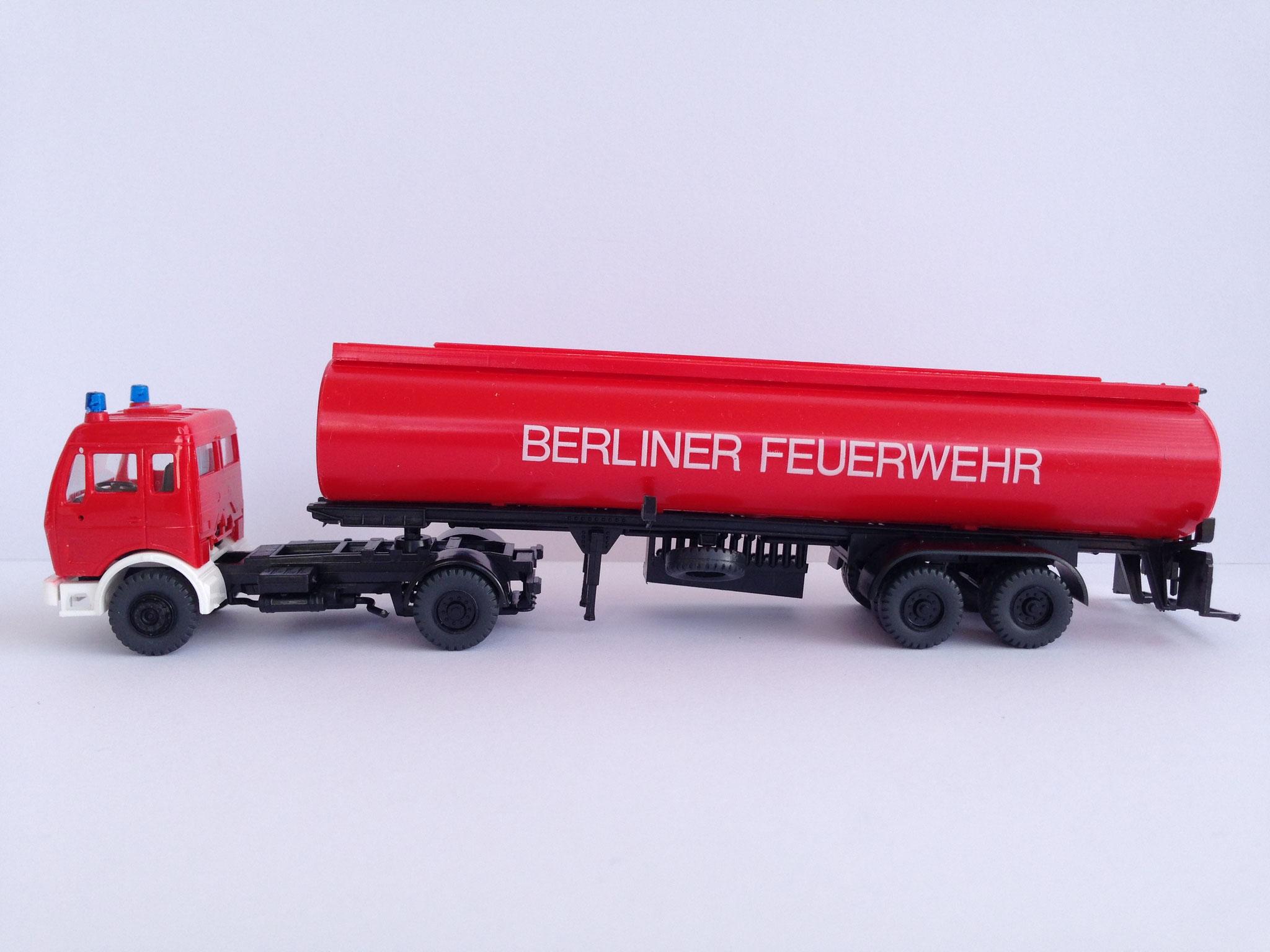 Feuerwehr Berlin Sattelzug mit 2-Achs-Tankauflieger