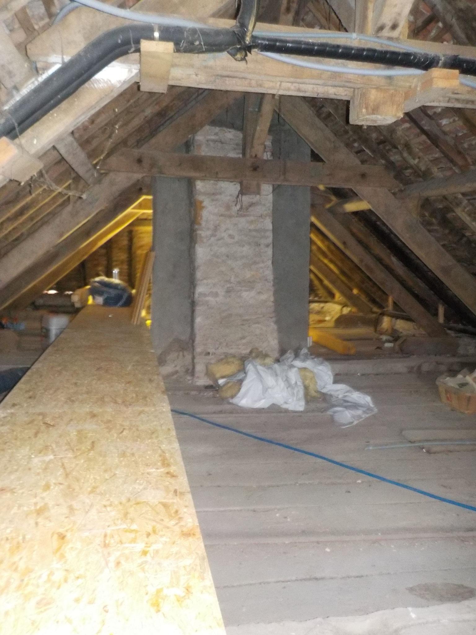 après restauration de la toiture - pose d'une passerelle d'accès pour entretien dans les combles