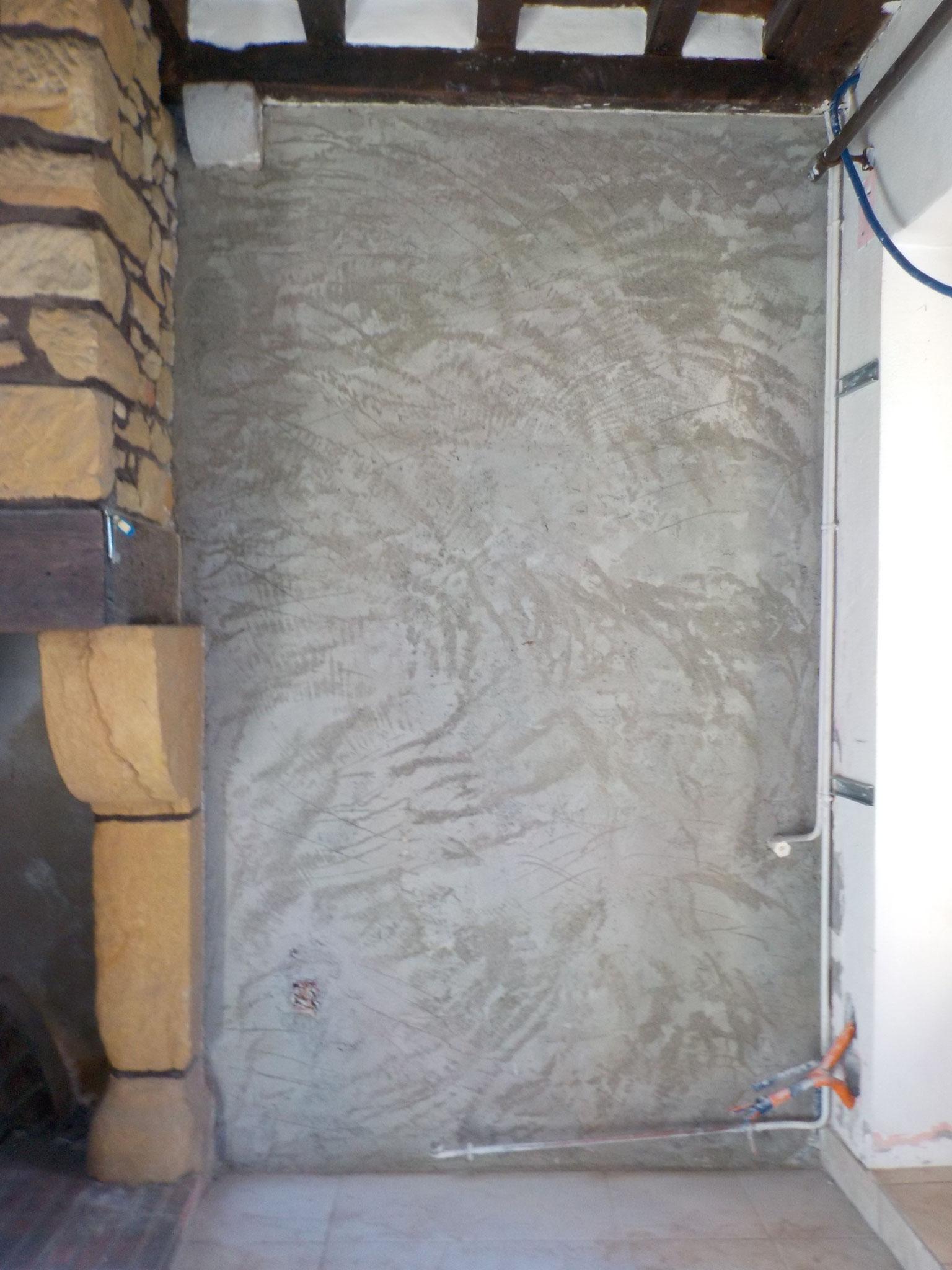 salon : l'enduit ciment a été retiré - 1ère couche d'enduit de chaux