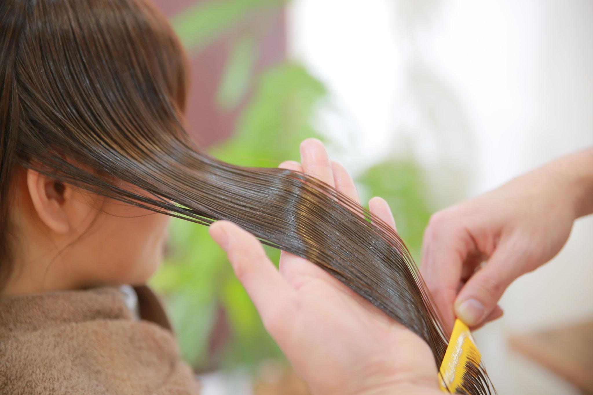 手順2:スタイリストが髪にあったトリートメントを配合して塗布