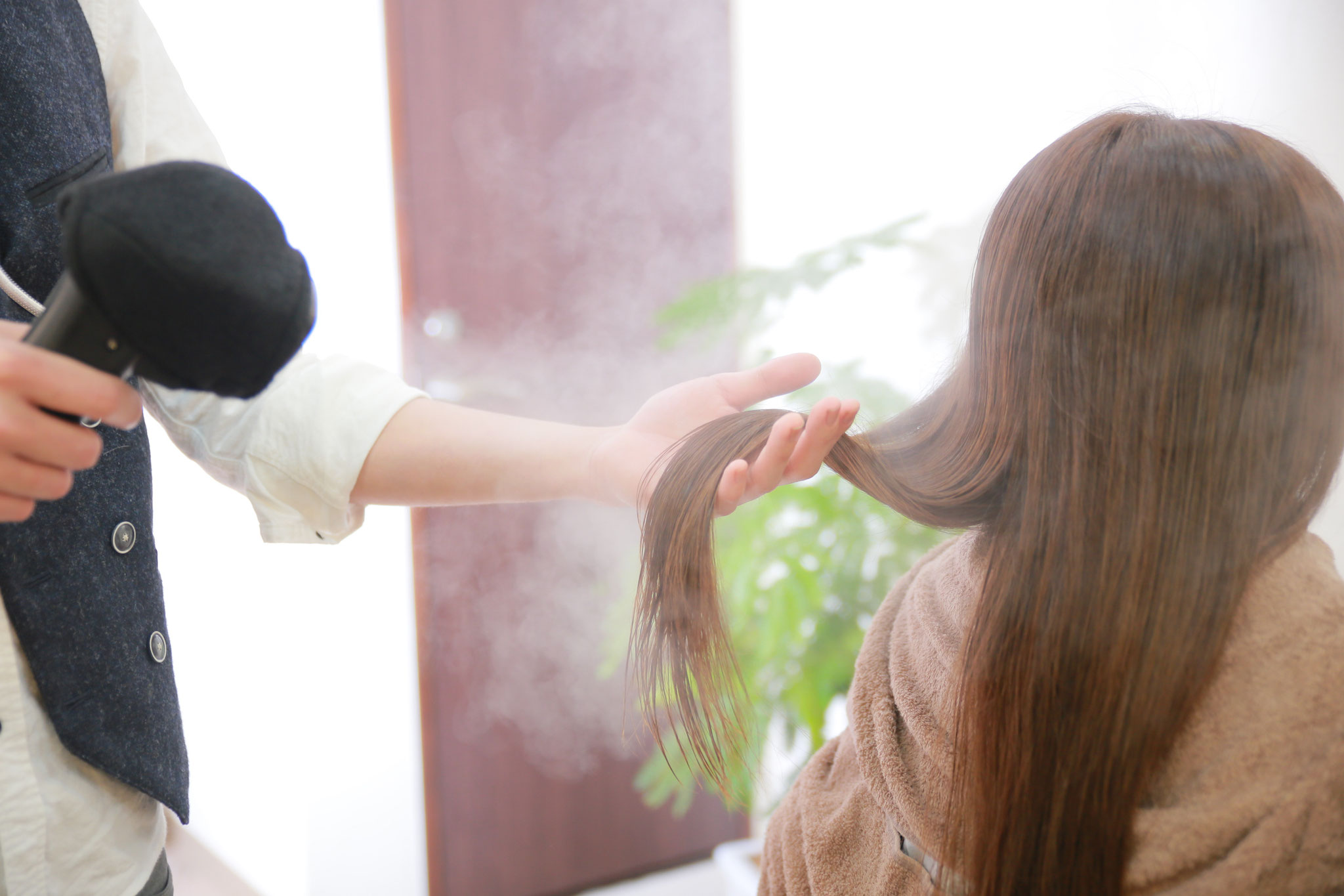 手順3:潤いミストをあてて髪の内部にしっかり浸透させます。