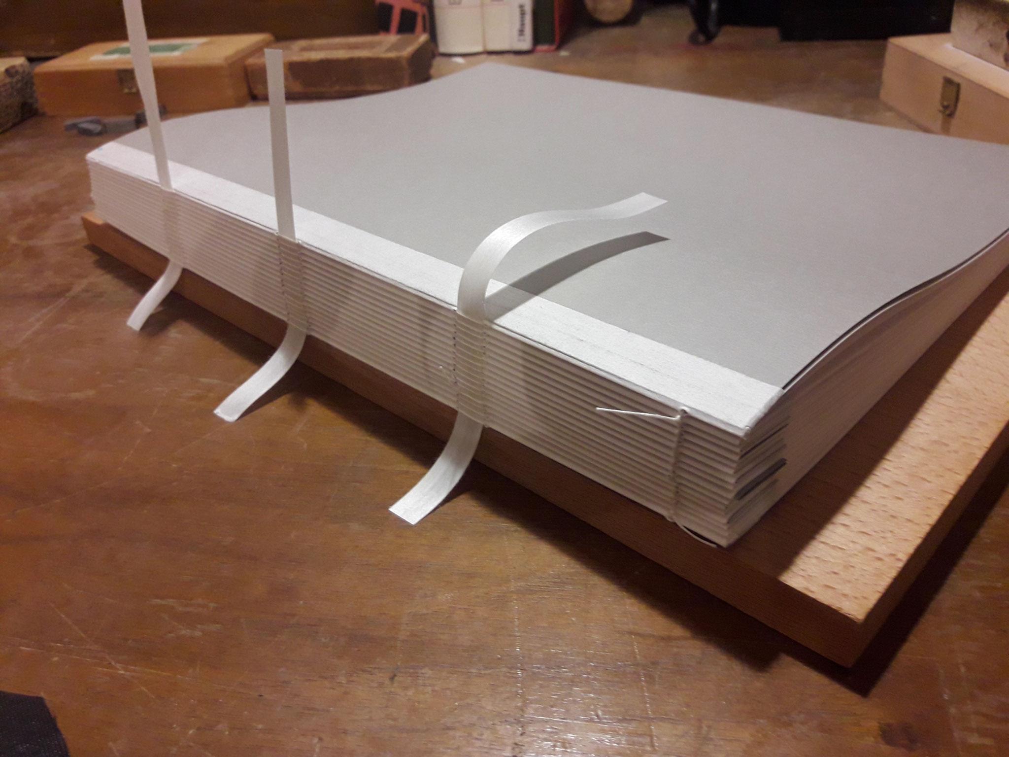 Der geheftete Buchblock auf Ramiband