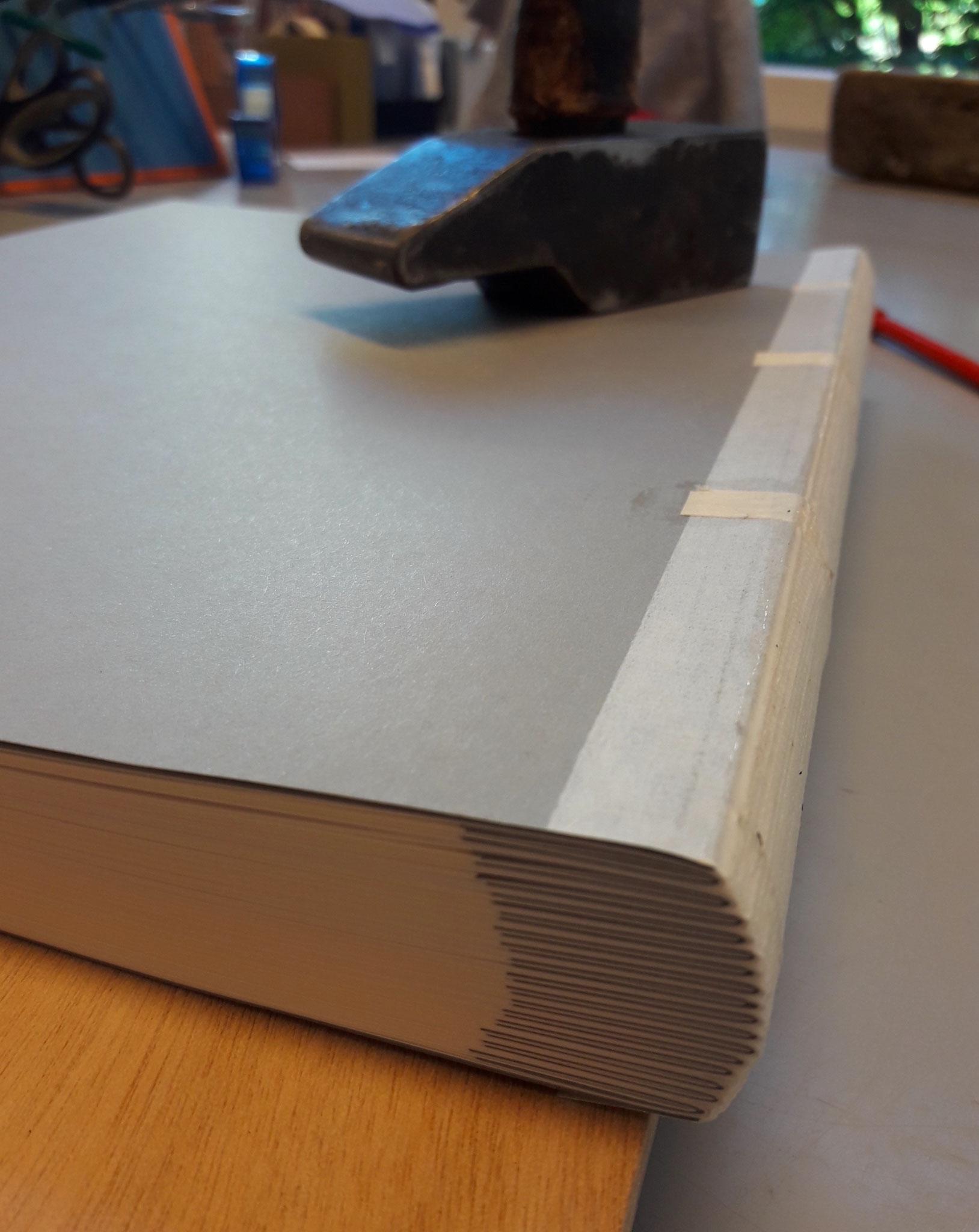Der gerundete und beschnittene Buchblock
