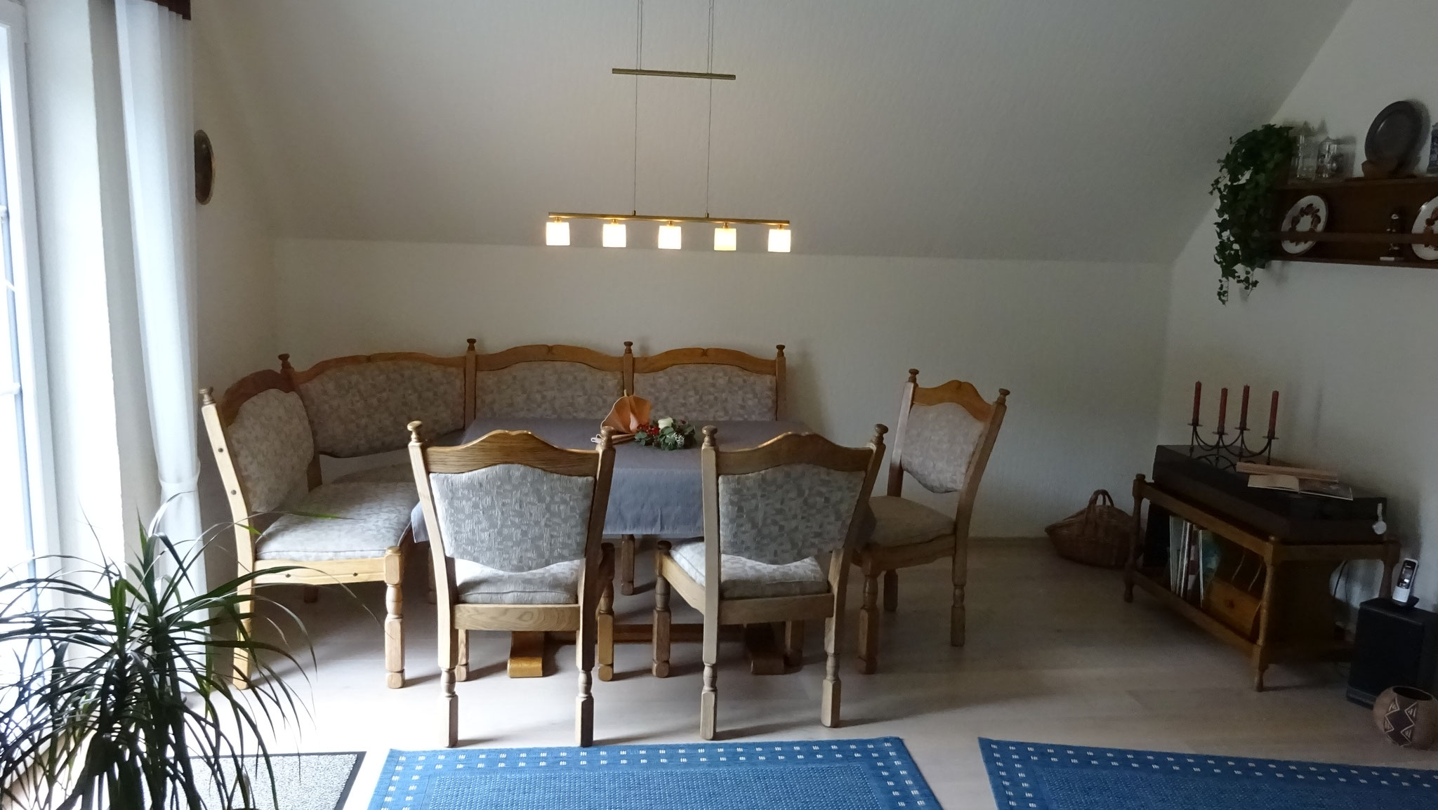 Essecke im Wohnzimmer - links im Bild:  Zugang zum Balkon