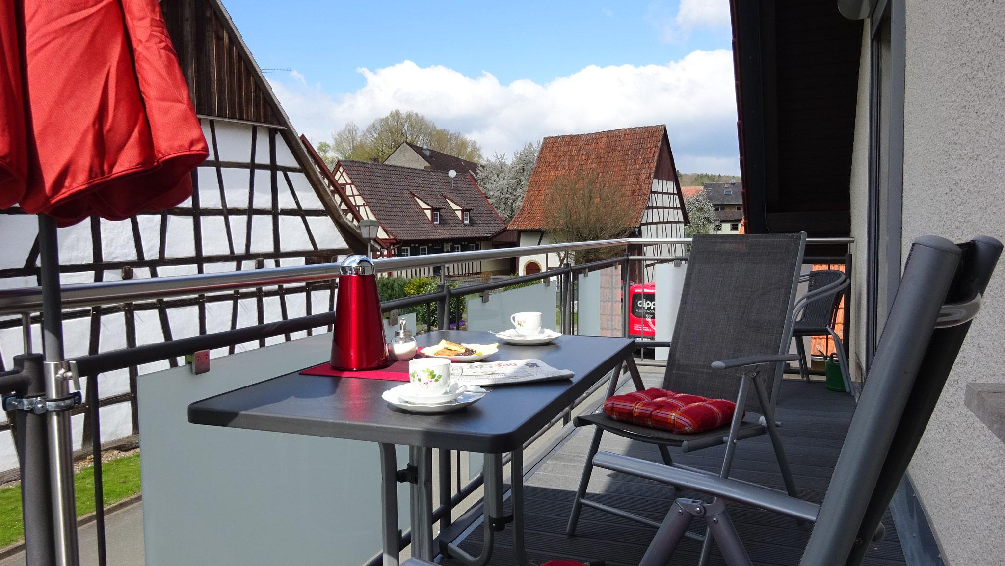 Blick vom Balkon auf denkmalgeschützte Fachwerkbauten der Nachbarschaft