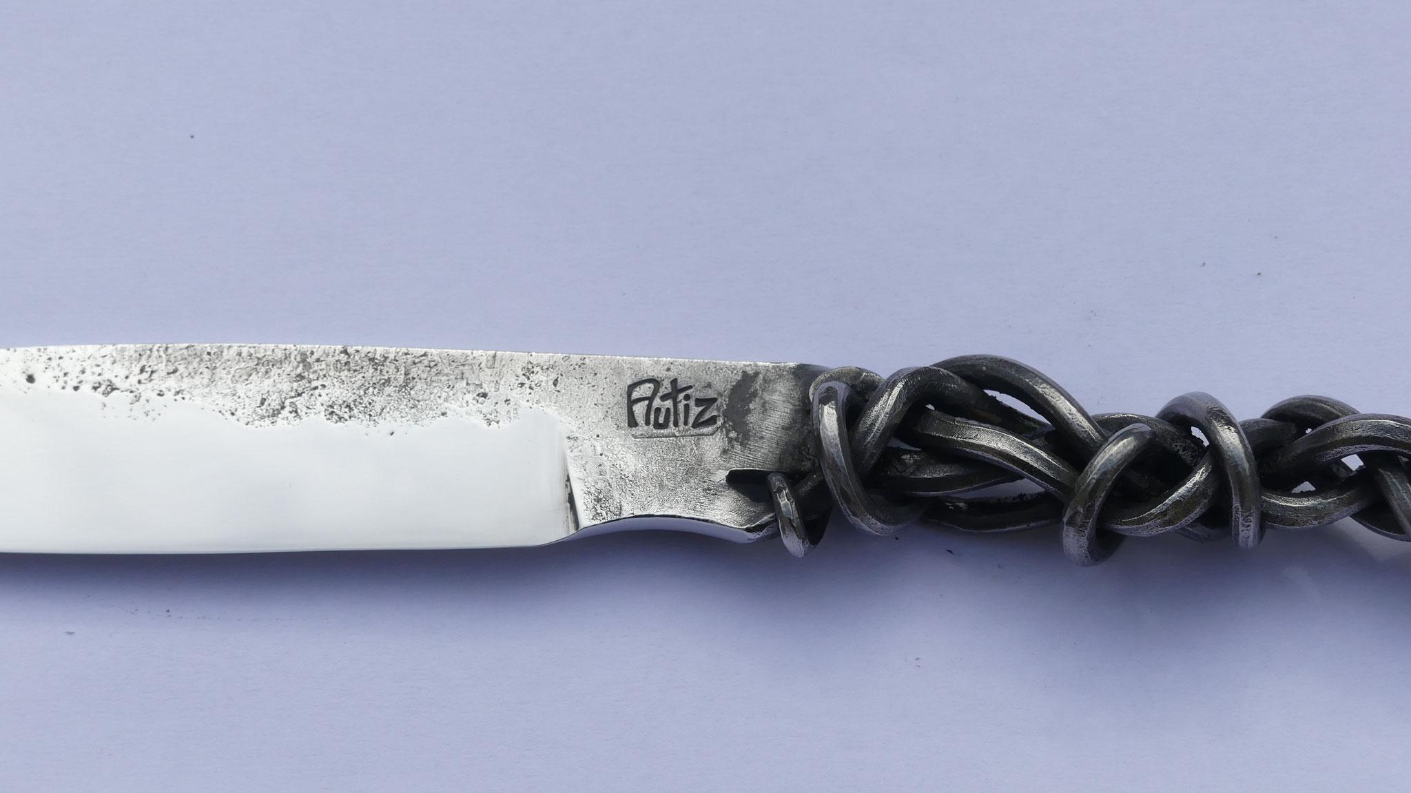 chaque couteau forgé  de la Coutellerie du Marais est frappé de mon logo AUTIZ