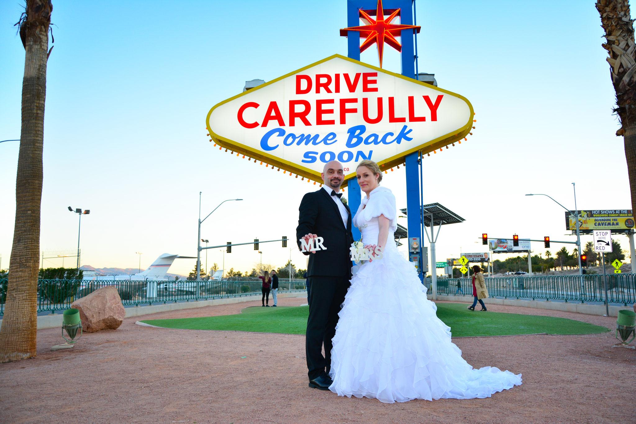 Hochzeitsbilder am berühmten Welcome to Las Vegas Sign