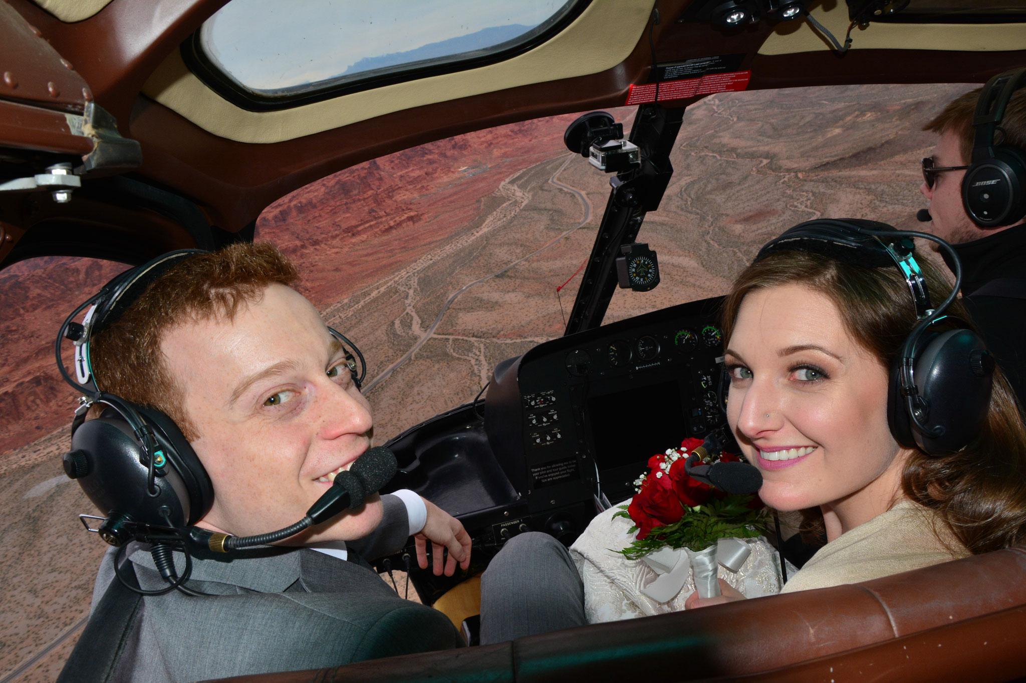 Das Brautpaar hat die besten Plätze im Helikopter