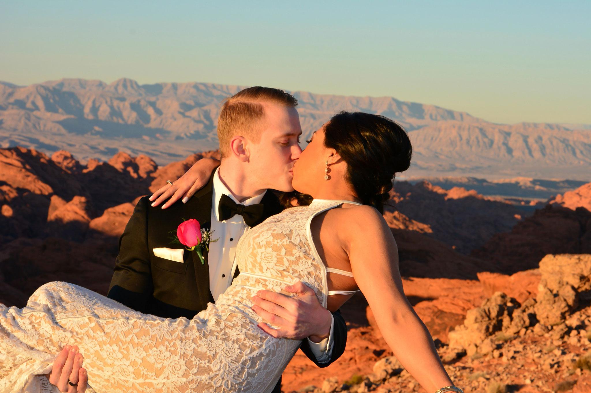 Der erste Kuss als Eheleute im Valley of Fire
