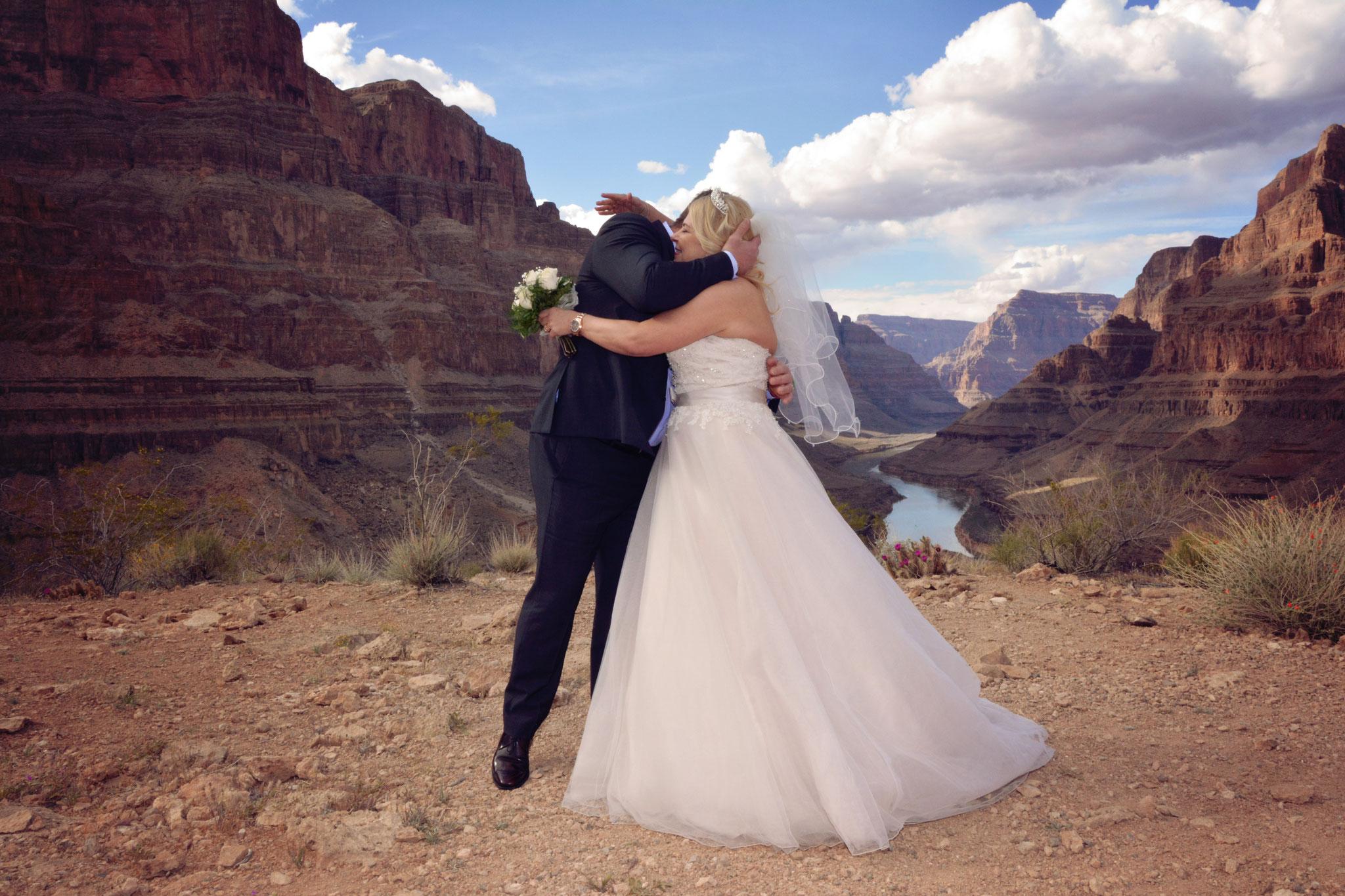 Brautpaar bei der Helikopterhochzeit