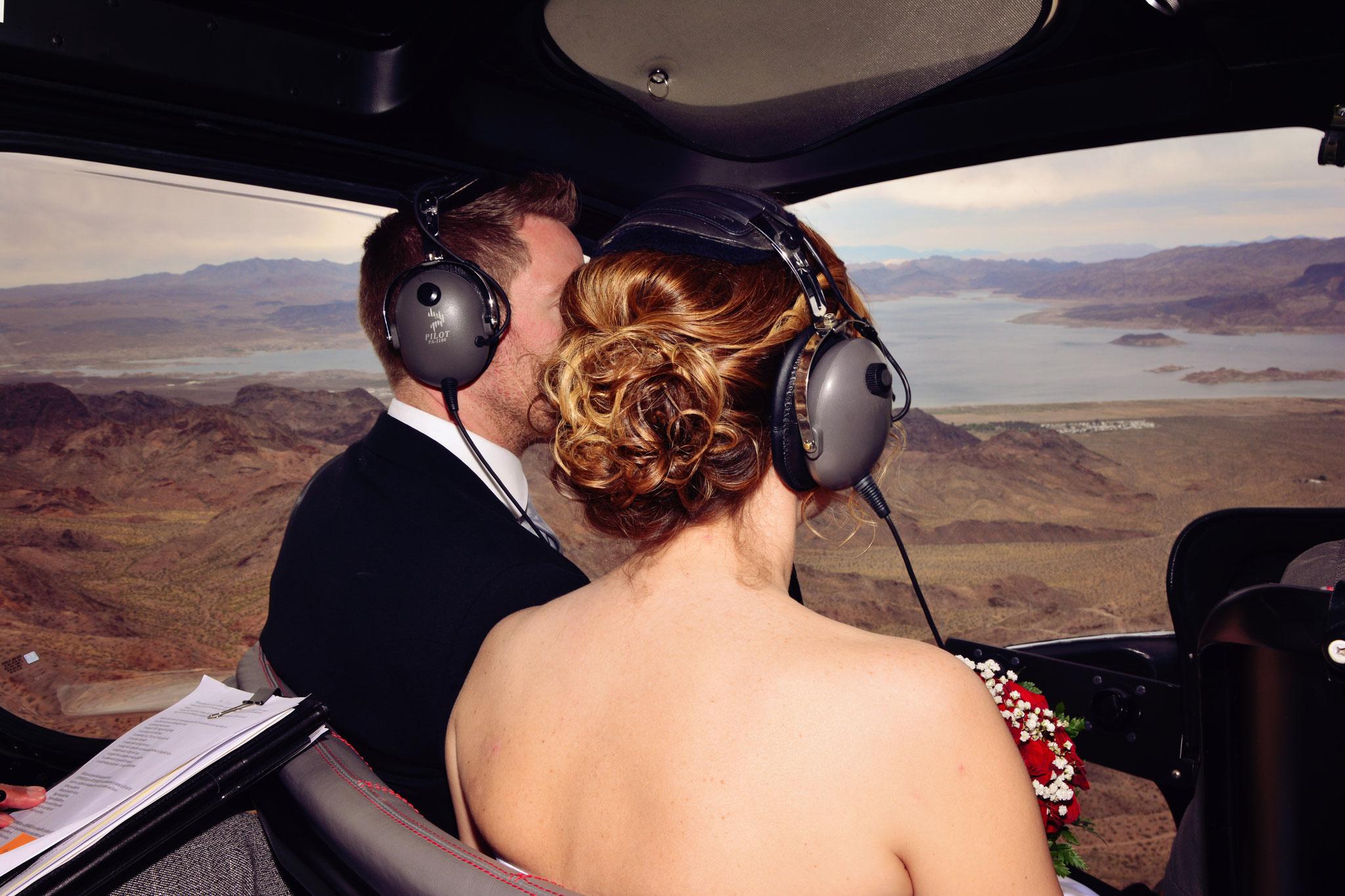 Das Brautpaar genießt den Hochzeitsflug im Helikopter
