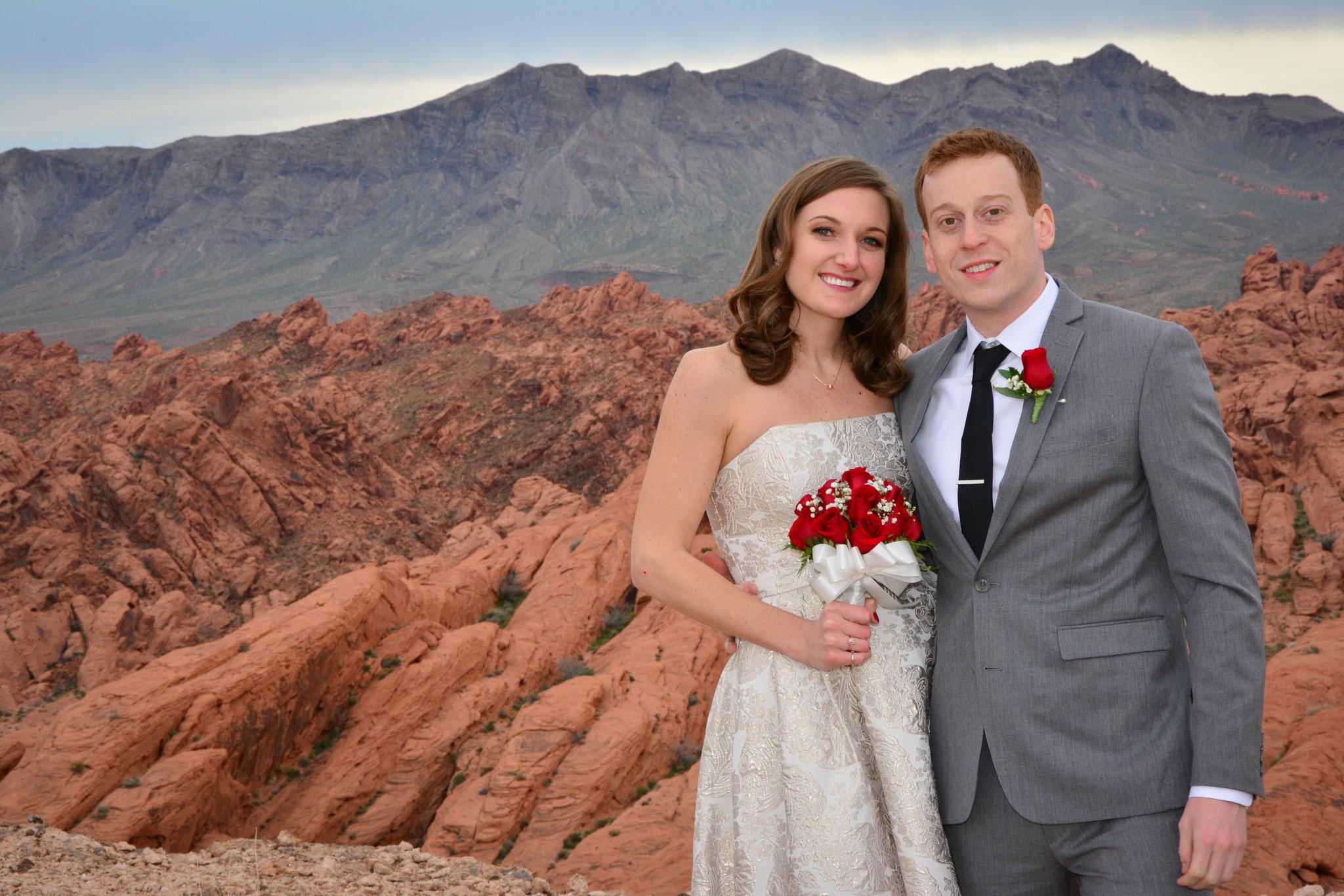Das Brautpaar genießt die Wüstenlandschaft im Vallez of Fire