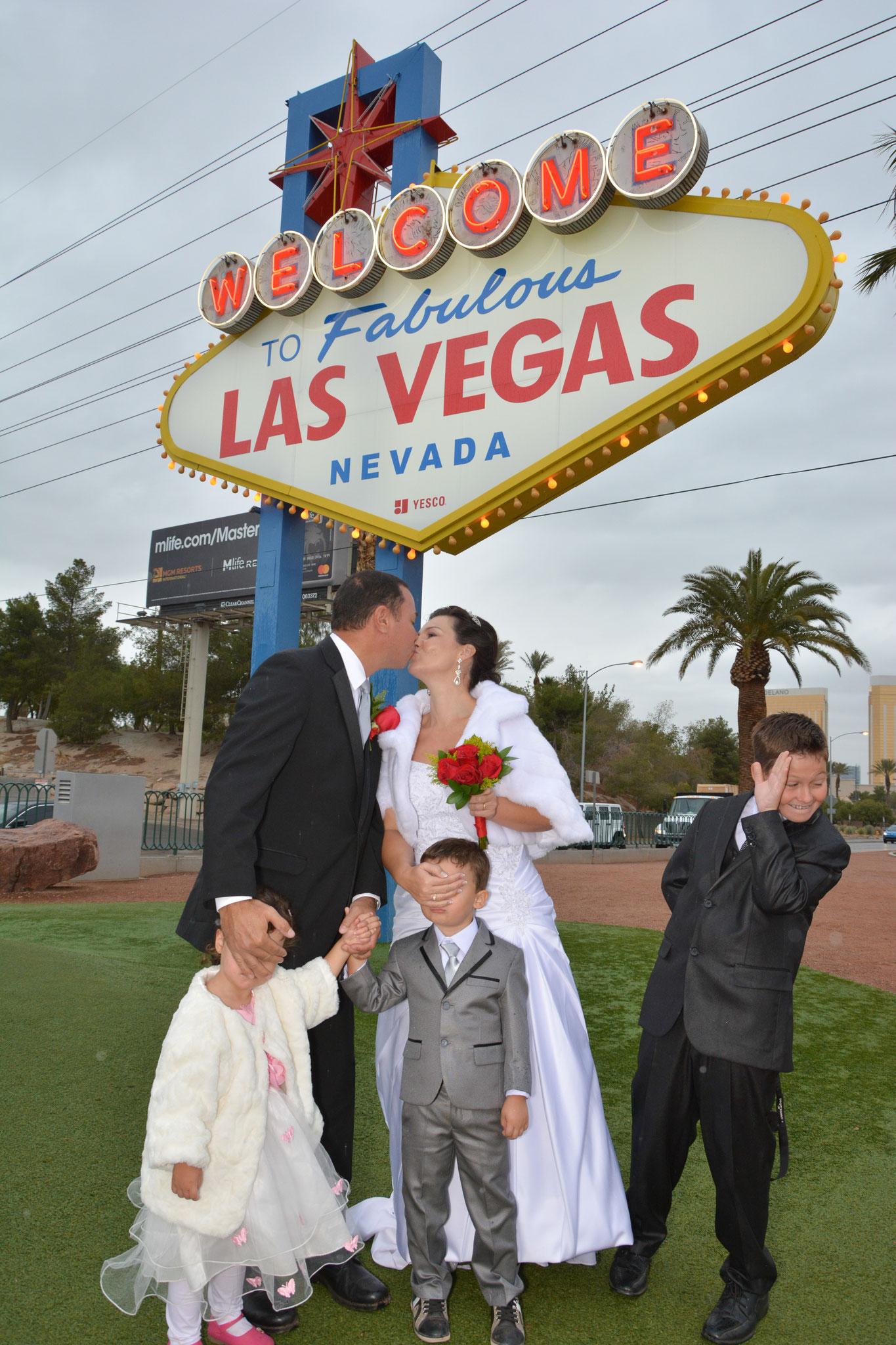Welcome to Las Vegas Sign mit der Familie