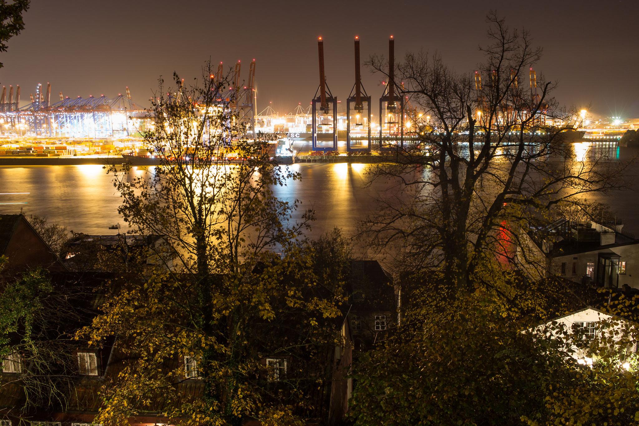 Nächtlicher Blick von der Elbchaussee über den Hafen