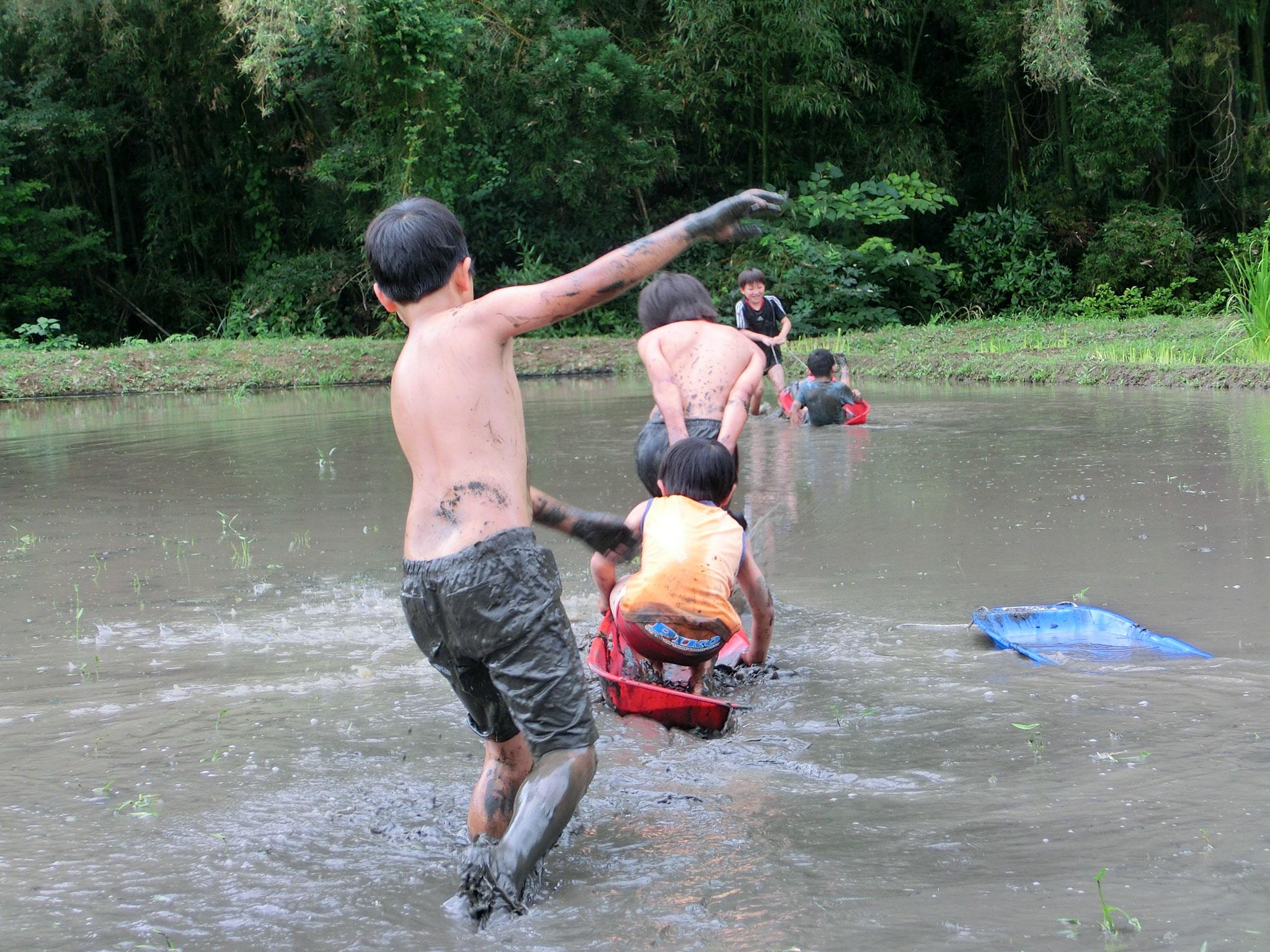 田んぼのすいぞくかんで泥んこ遊び