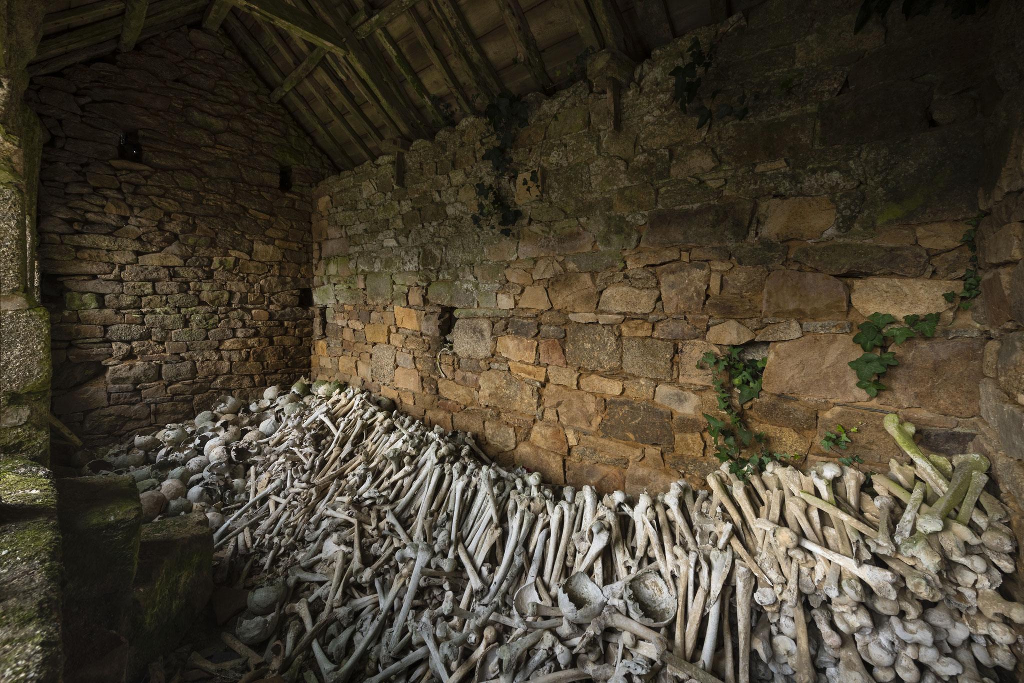 Das Gebeinehaus von Lanrivain in der Bretagne