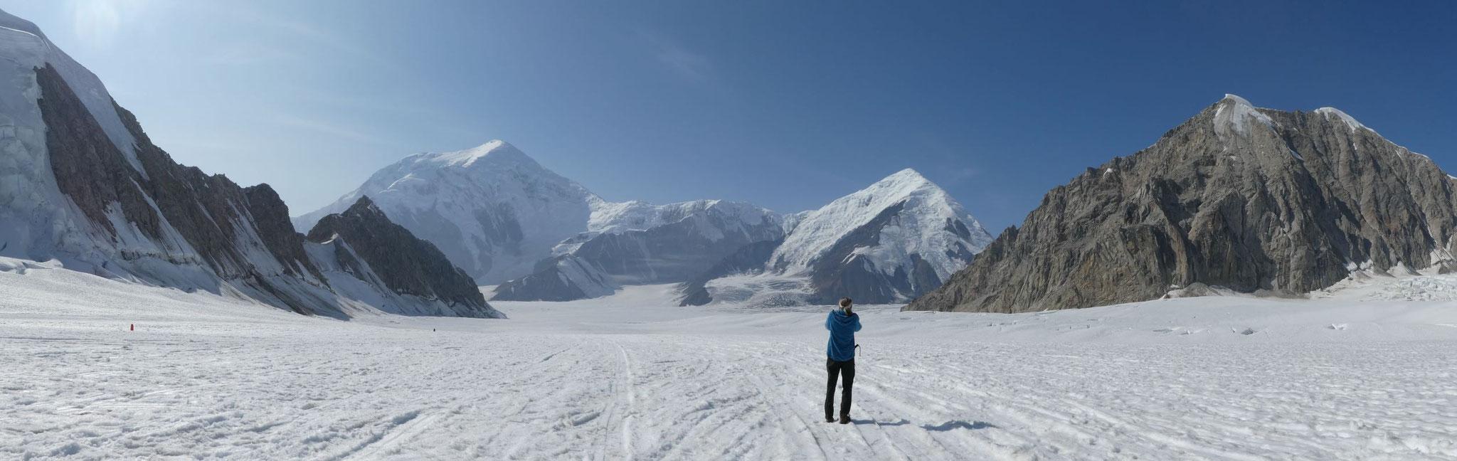 am Denali Base Camp mit Blick auf den 5304m hohen Mt. Foraker