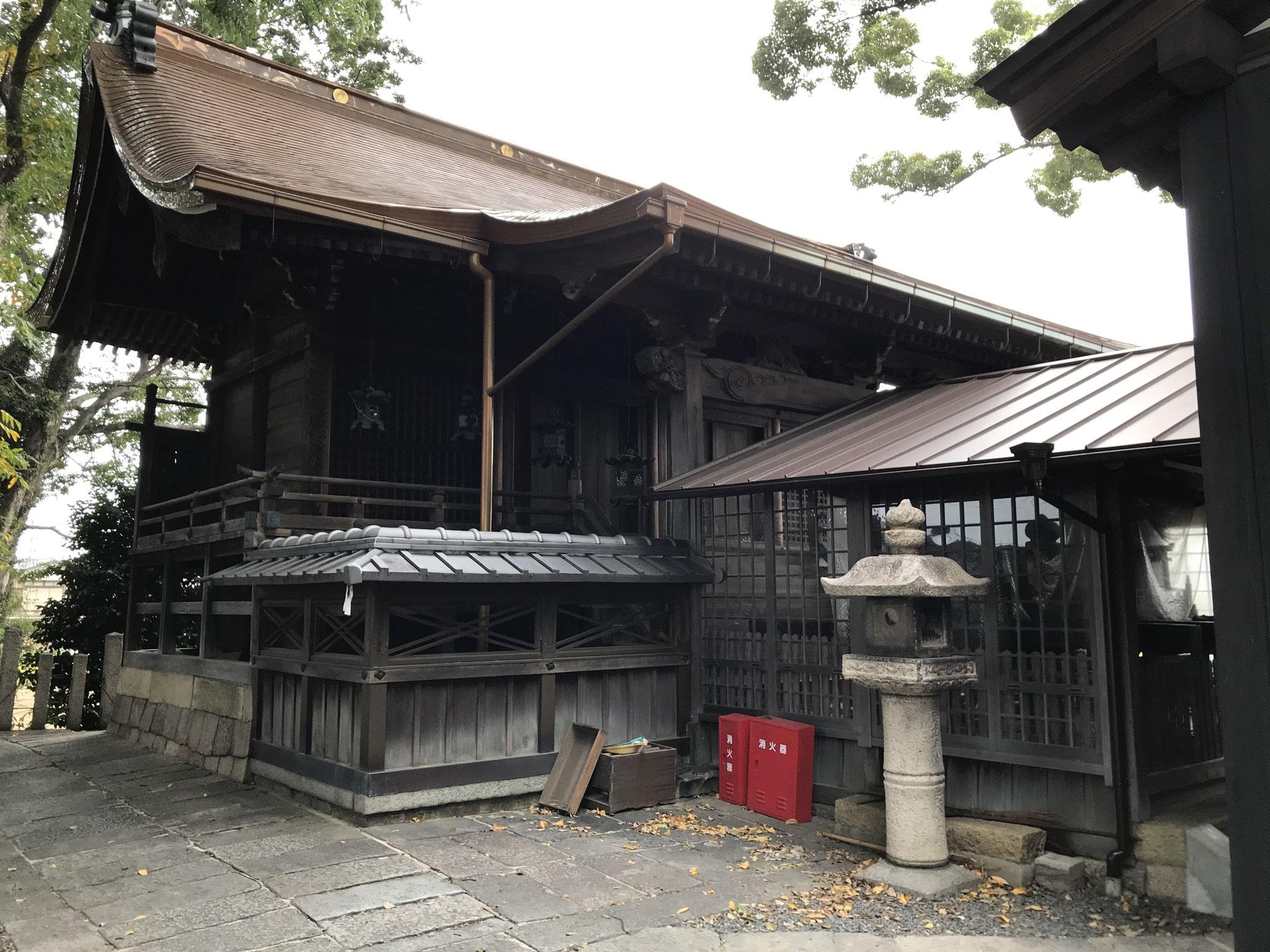 檜皮葺から銅板に葺き替えた本殿屋根