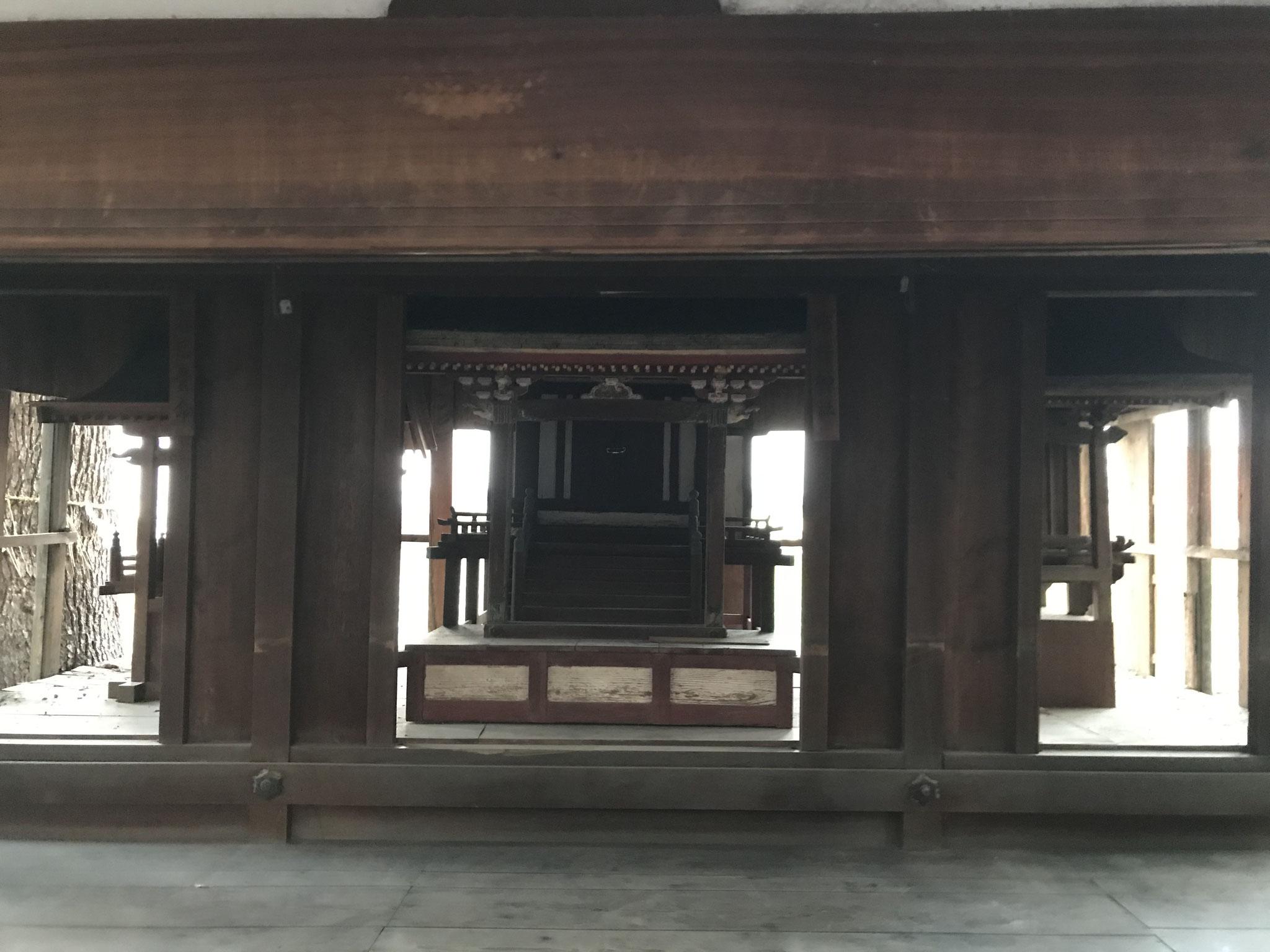 覆屋内(市杵社)