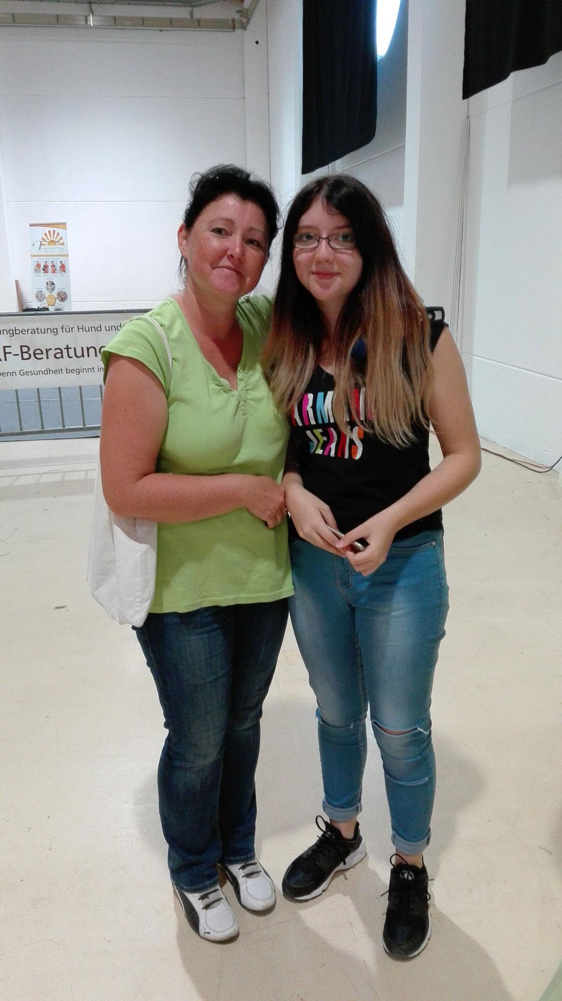 Bianca Maratzki mit Laura Maratzki, die fleißig Flyer verteilt hat