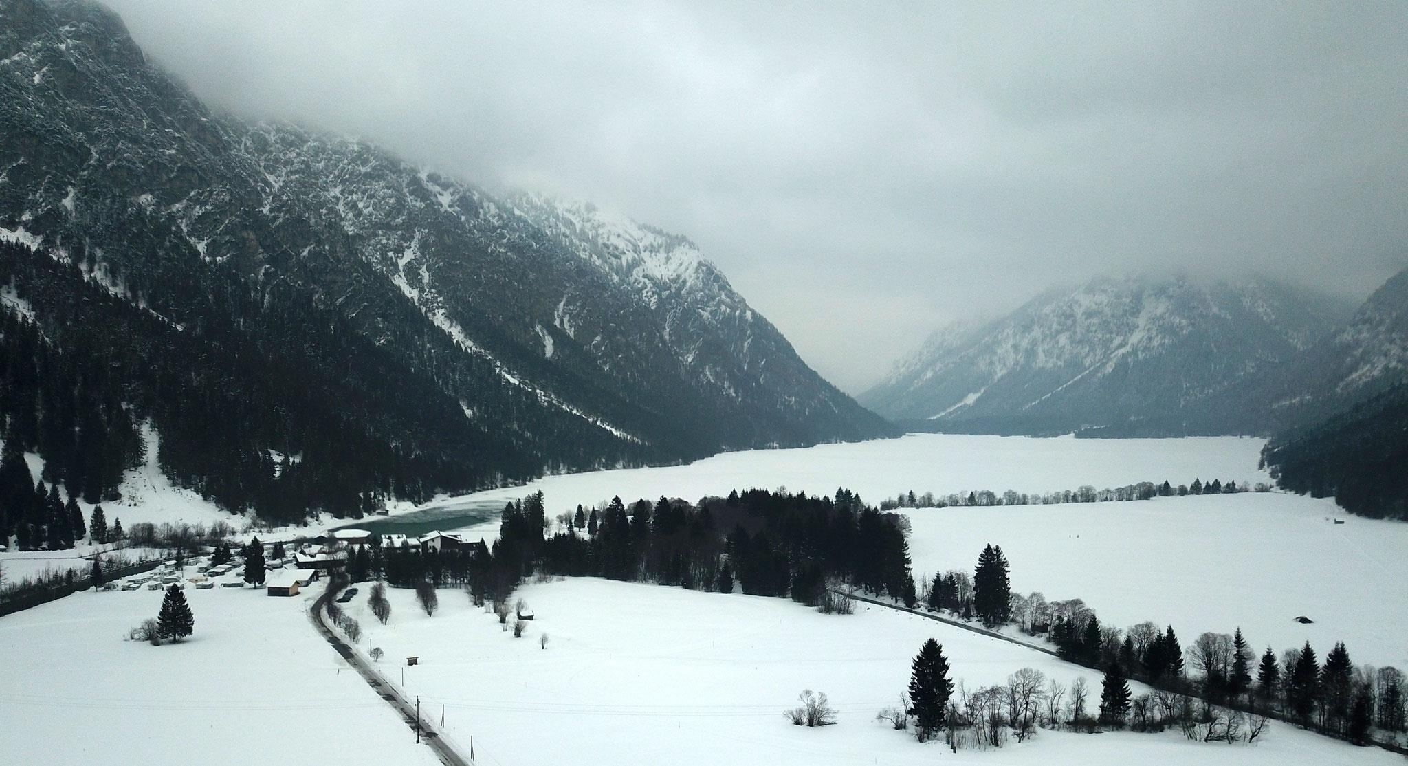Blick auf den zugefrorenen Heiterwanger See