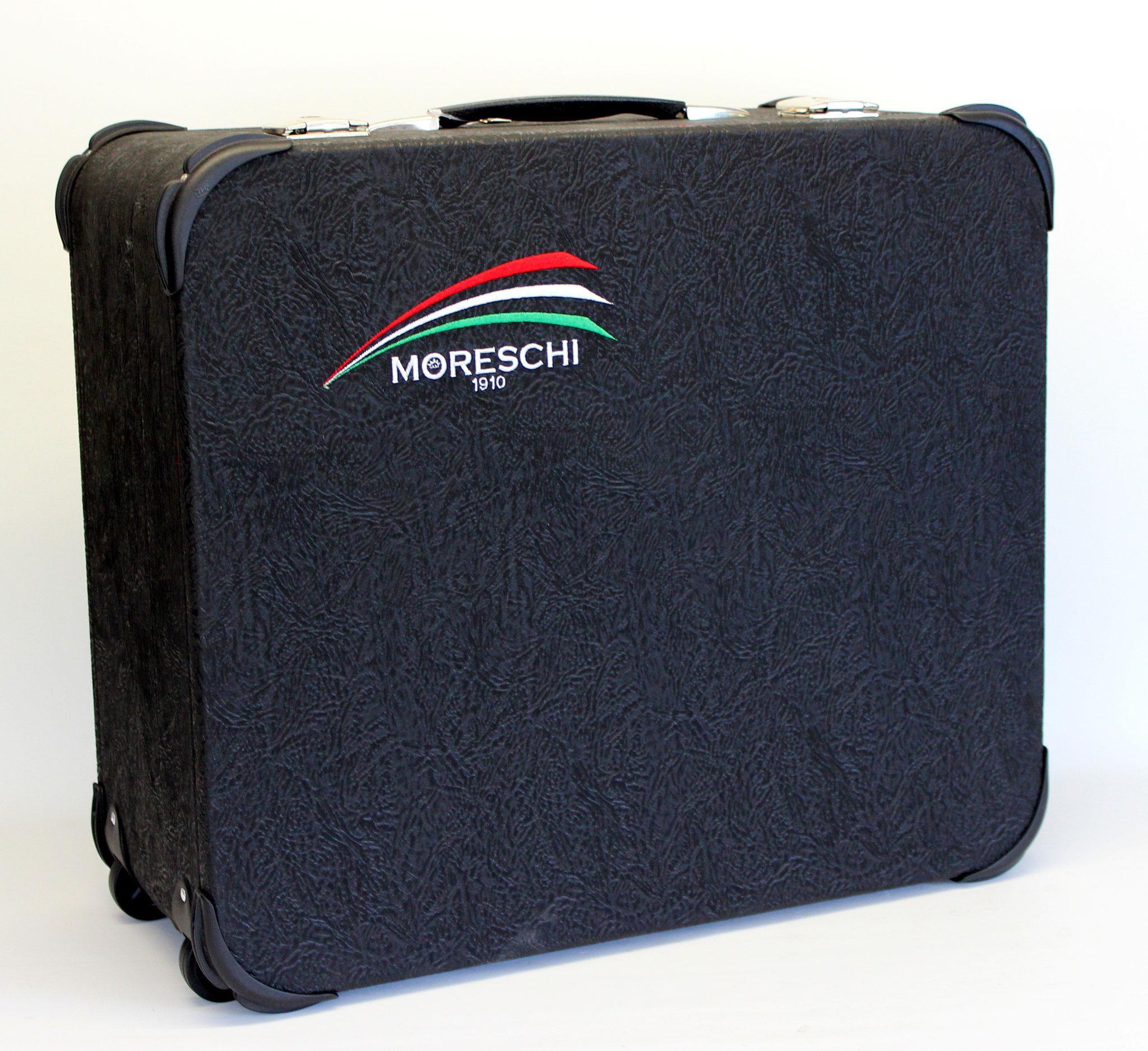 Koffer mit Logostickerei