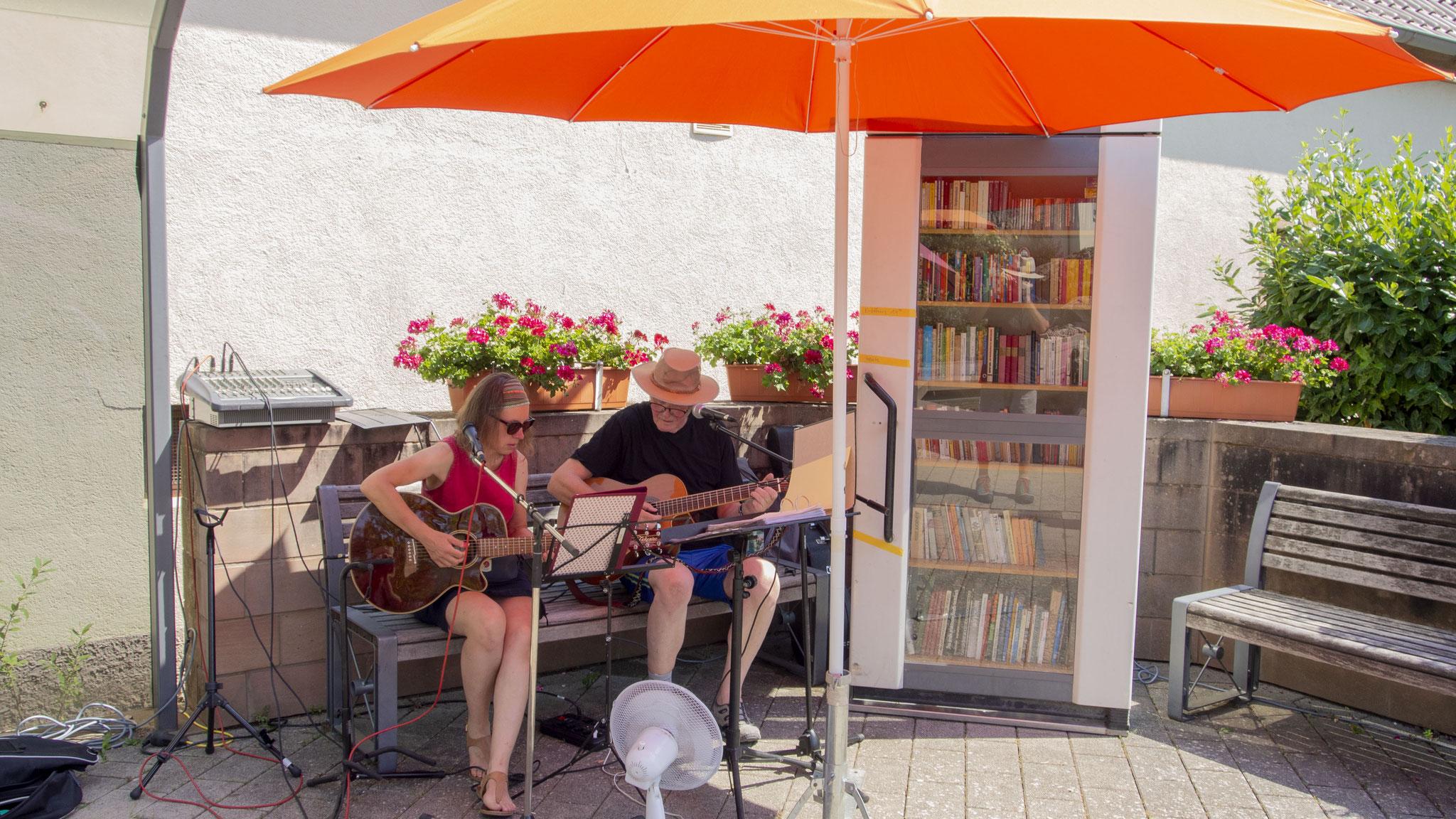 Das PetAngela Folk Duo