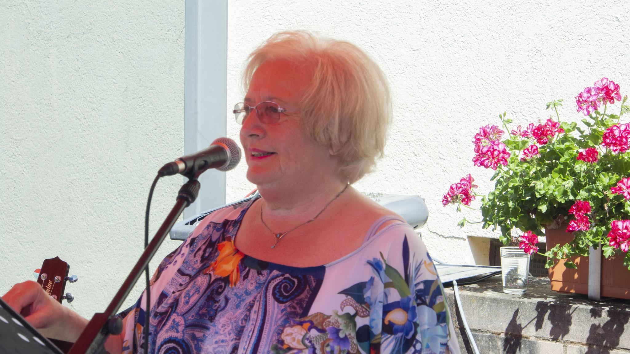 Karin Coordes beim Vortragen Ihrer Geschichte von der Beifahrertür