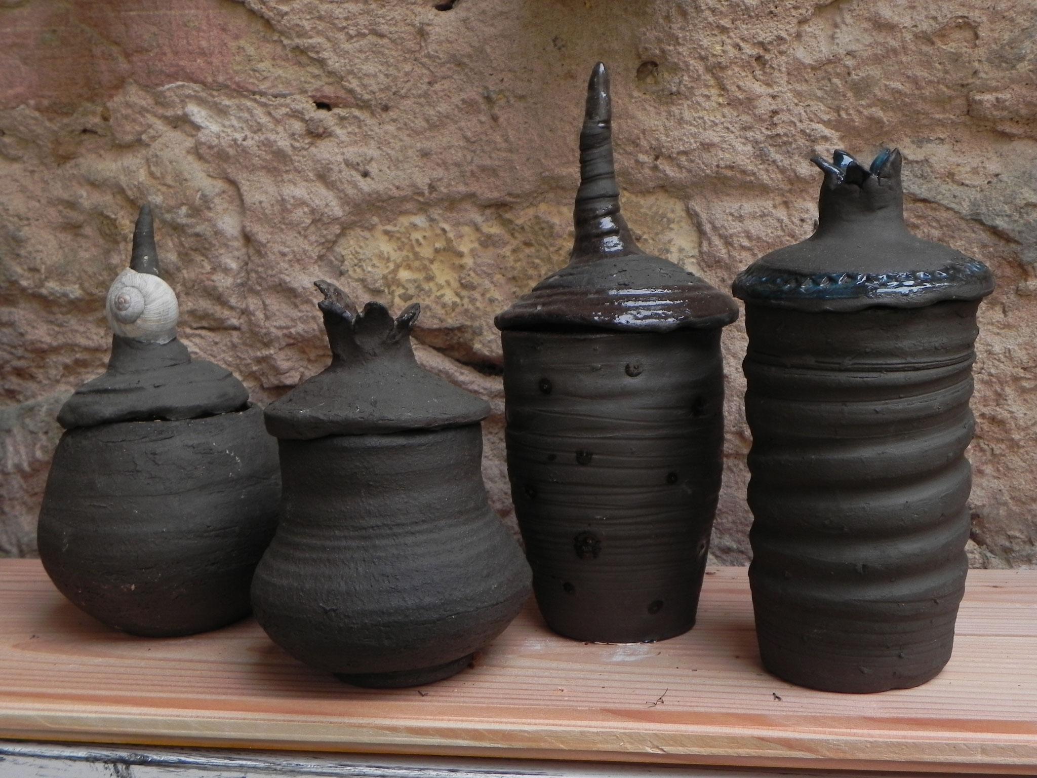 Keramikdosen mit ungewöhnlichen Deckeln